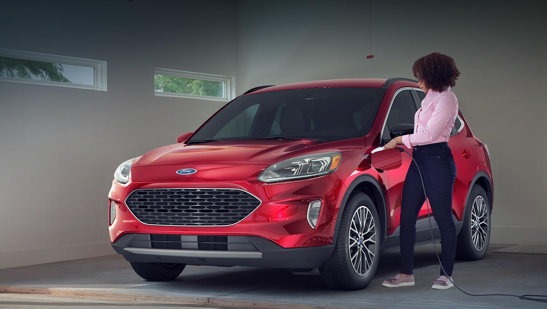 Ford escape. Подзаряжаемый Ford Escape можно наполнять энергией как от 110-вольтовой розетки, так и от 240-вольтовой. В первом случае процесс полной зарядки займёт 10–11 часов, во втором случае — 3,5 часа.