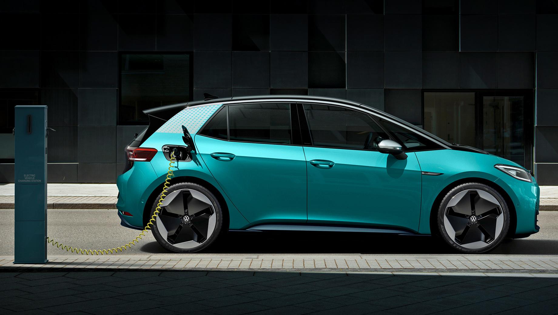 Volkswagen id 3. Издание 1st Edition предусматривает только средний вариант батареи (58 кВт•ч), который обеспечивает запас хода в 420 км. Мощность тоже выбрать нельзя — 150 кВт (204 л.с., 310 Н•м). Зато «в базе» идут двухзонный климат-контроль, навигатор, цифровое радио, подогрев руля и передних кресел.