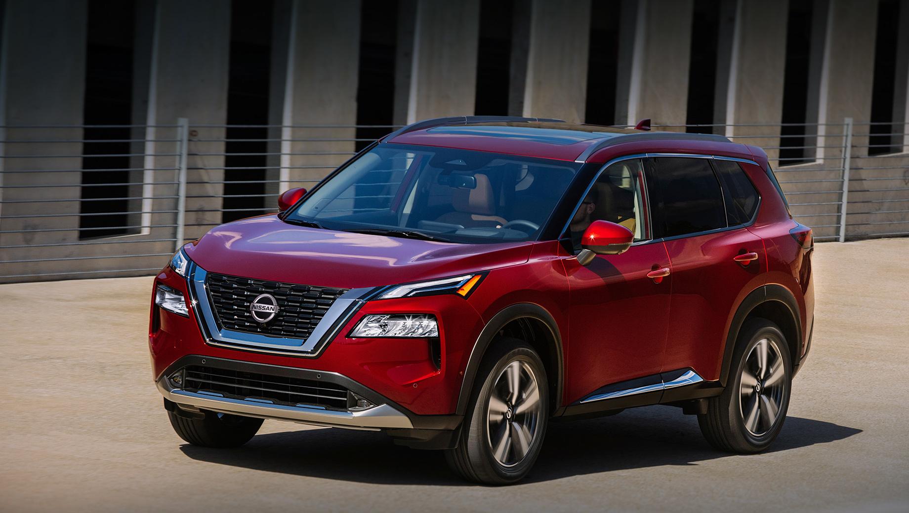 Nissan rogue. Nissan Rogue новой генерации обзавёлся автоматическими жалюзи за решёткой радиатора для улучшения аэродинамики, многофункциональными светодиодными фарами и двухцветными вариантами окраски кузова. Продажи в США стартуют осенью 2020 года.