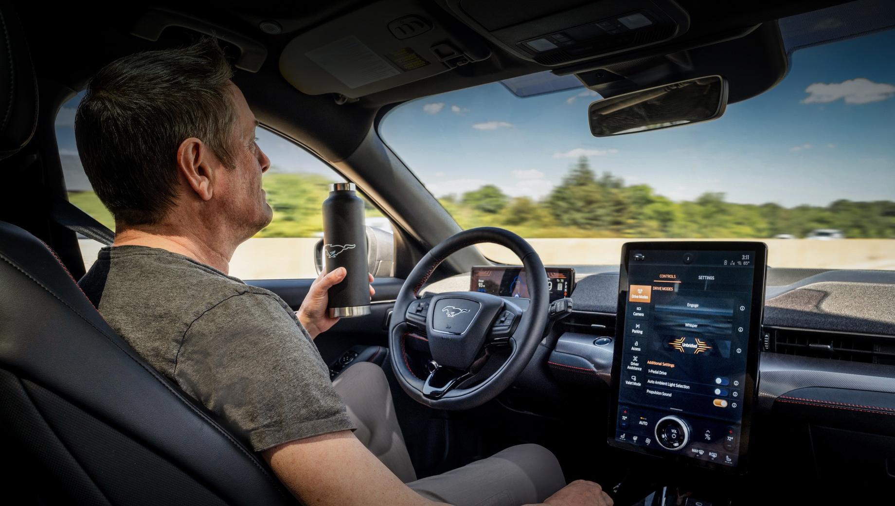 Ford mustang mach-e. В комплекс Ford Co-Pilot360 Active 2.0 входят улучшенные активный круиз-контроль Stop & Go, системы мониторинга слепых зон и распознавания знаков, технология удержания в полосе с функцией определения обочины. Сюда же внесли автоторможение, камеру заднего вида и автопарковщик (параллельно и перпендикулярно). Всё это — базовое оснащение Мустанга Mach-E.