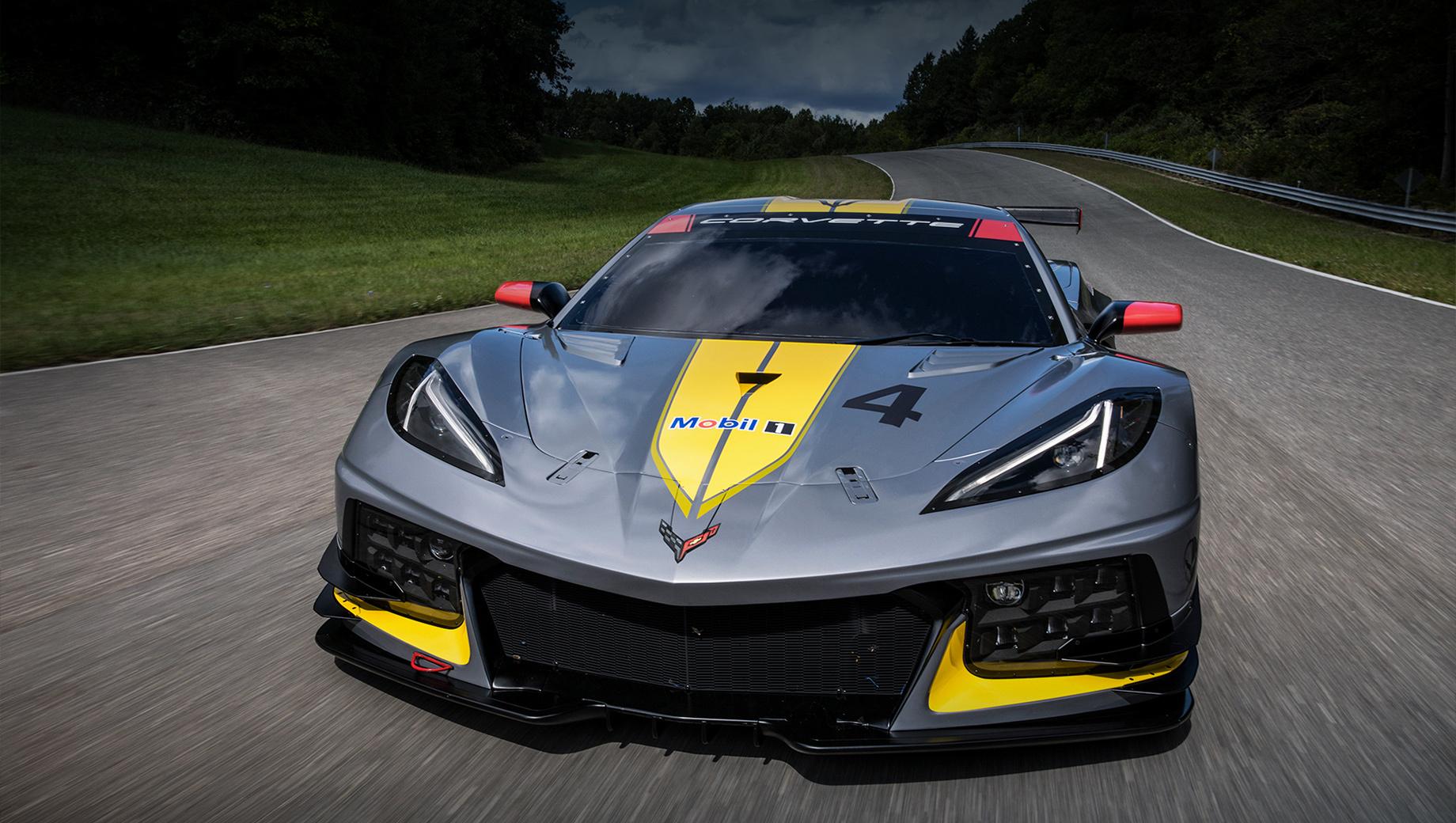 Chevrolet corvette,Chevrolet corvette z06. Модель Corvette Z06 будет напоминать гоночное купе C8.R (на фото) схожим дизайном переднего бампера с характерными L-образными элементами и крупным центральным воздухозаборником. Будет у Z06 и антикрыло, но поменьше и сложной формы, как у суперкаров Koenigsegg.