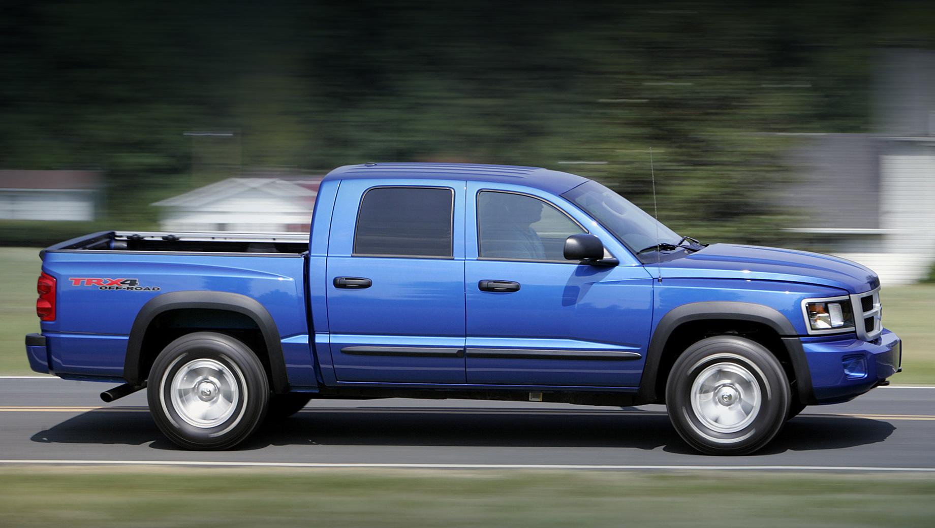 Dodge dakota. Пикап Dodge Dakota выпускался на предприятии в Мичигане с 1986 по 2011 год, и в каждом из трёх поколений на модели ставились моторы V8. Крах той Дакоты хорошо виден по спросу в Штатах. Если в 2000 году было реализовано 177 395 машин, то в 2011-м — 12 156.