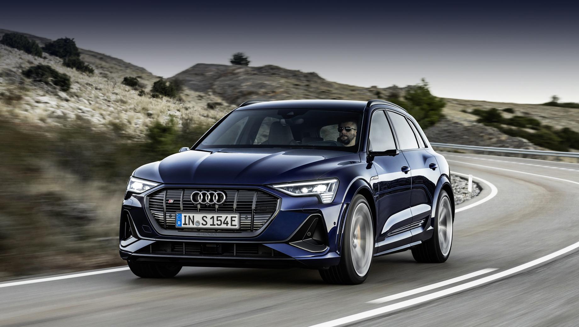 Audi e-tron s sportback,Audi e-tron s,Audi e-tron. Кроссоверы с индексом S развивают максималку в 210 км/ч и набирают сотню с нуля за 4,5 с. Визуально эта динамика поддерживается расширенным кузовом (арки тут шире, чем у обычного «и-трона» на 23 мм с каждой стороны, шире и колея).