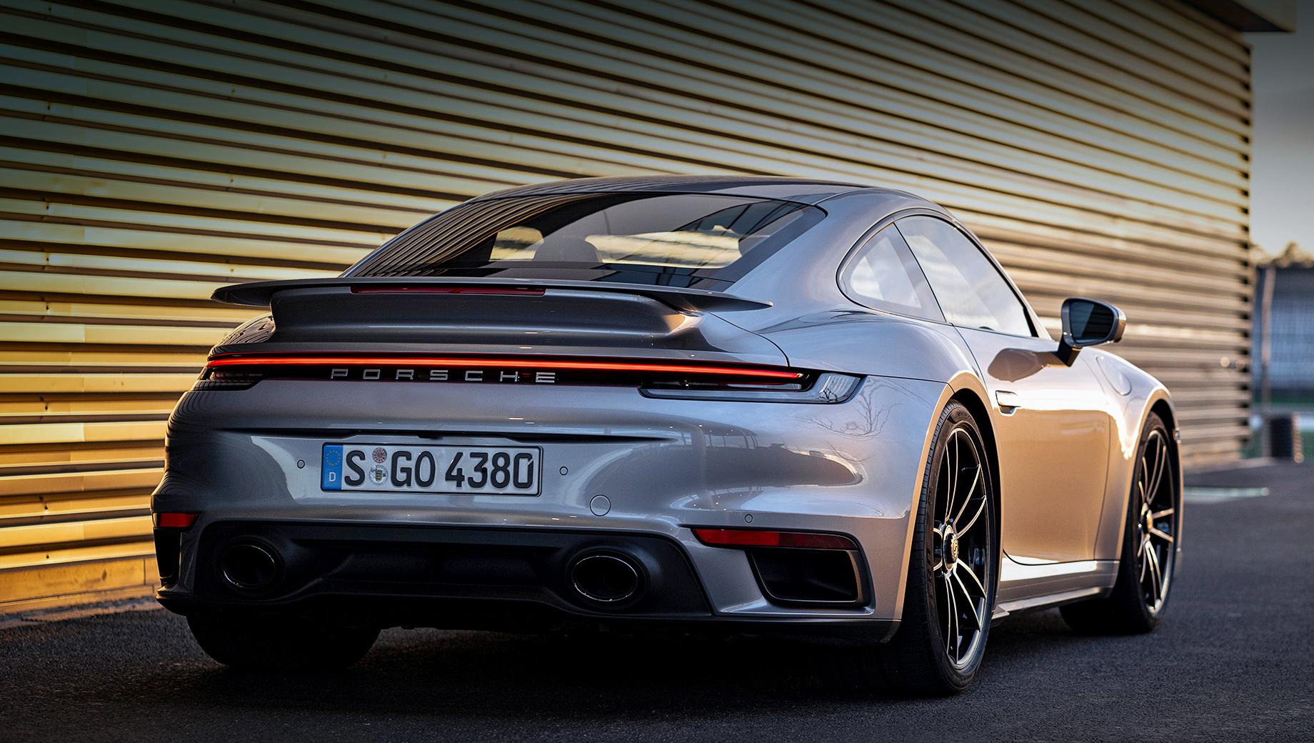 Porsche 911,Porsche 911 turbo. На фотографии — филейная часть купе Porsche 911 Turbo S. Однако грядущий 911 Turbo с этого ракурса, скорее всего, будет выглядеть так же. Для менее дорогой версии будут доступны два вида выхлопной системы — с двумя овальными или квартетом четырёхугольных выпускных патрубков.