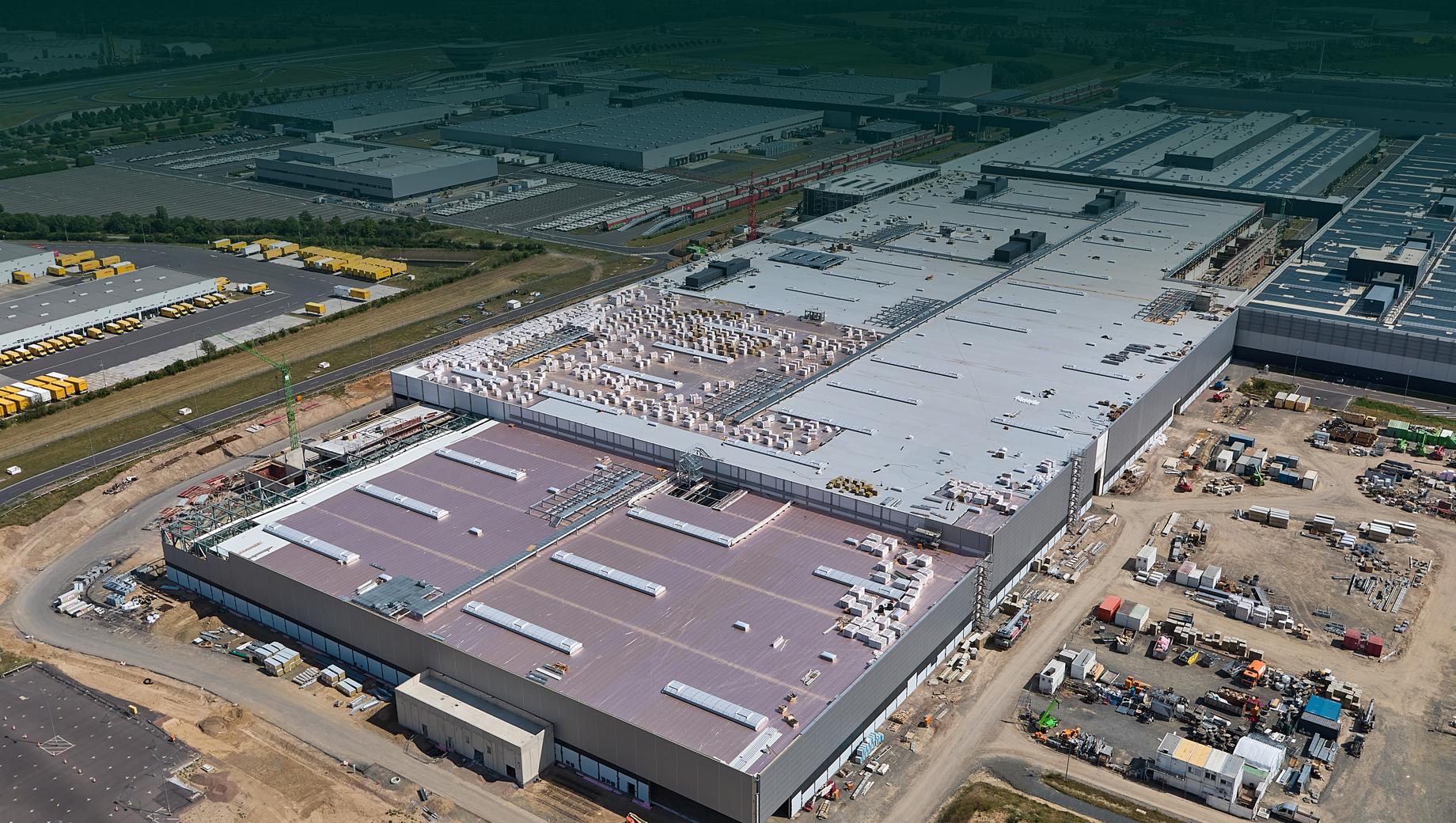 Porsche macan. Завод Porsche Leipzig был открыт в феврале 2000 года. С тех пор в его развитие вложено более 1,3 млрд евро. «Электрическая» модернизация добавила к этой сумме ещё свыше 600 млн евро.