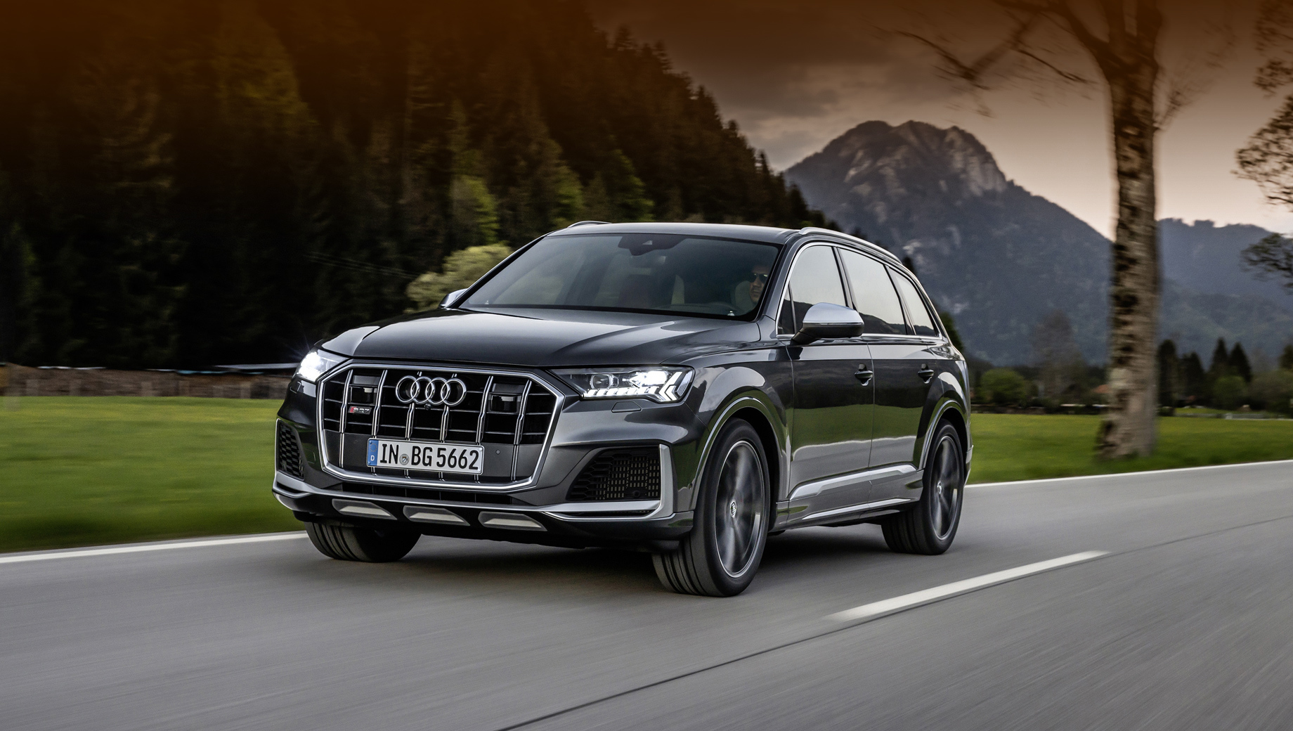 Audi sq7,Audi sq8. Для SQ7 TFSI и SQ8 TFSI заявлен разгон с нуля до сотни за 4,1 с, а от 80 до 120 км/ч за 3,8 с, максималка ограничена электроникой на уровне 250 км/ч. Комбинированный расход топлива: 12,0–12,1 л/100 км в зависимости от комплектации.