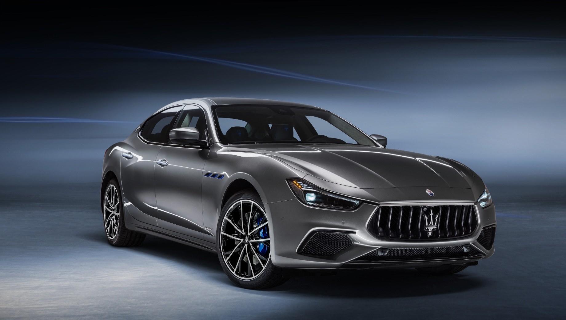 Maserati ghibli,Maserati ghibli hybrid. Снаружи гибридная модификация привлекает внимание синими элементами: окантовкой прорезей в передних крыльях, тормозными суппортами и молнией в логотипах на задних стойках. Цена на Ghibli Hybrid в Англии — от 58 220 фунтов (5,2 млн рублей). За Ghibli с дизелем просят 54 835 фунтов (4,9 млн).
