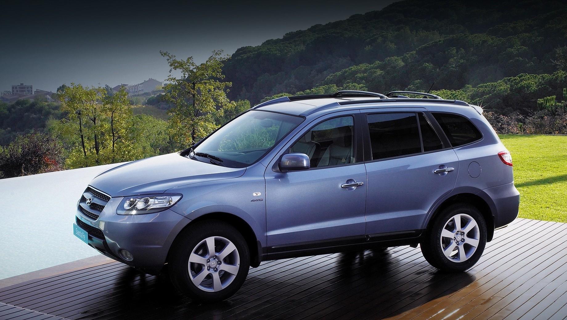 Hyundai santa fe,Hyundai elantra,Hyundai i30. Под раздачу попал «второй» Santa Fe (2006–2012). В России он был доступен с турбодизелем 2.2 (197 л.с.), бензиновыми «шестёркой» 2.7 (189 л.с.) и «четвёркой» 2.4 (174 л.с.), «механикой», «автоматом» и полным приводом.