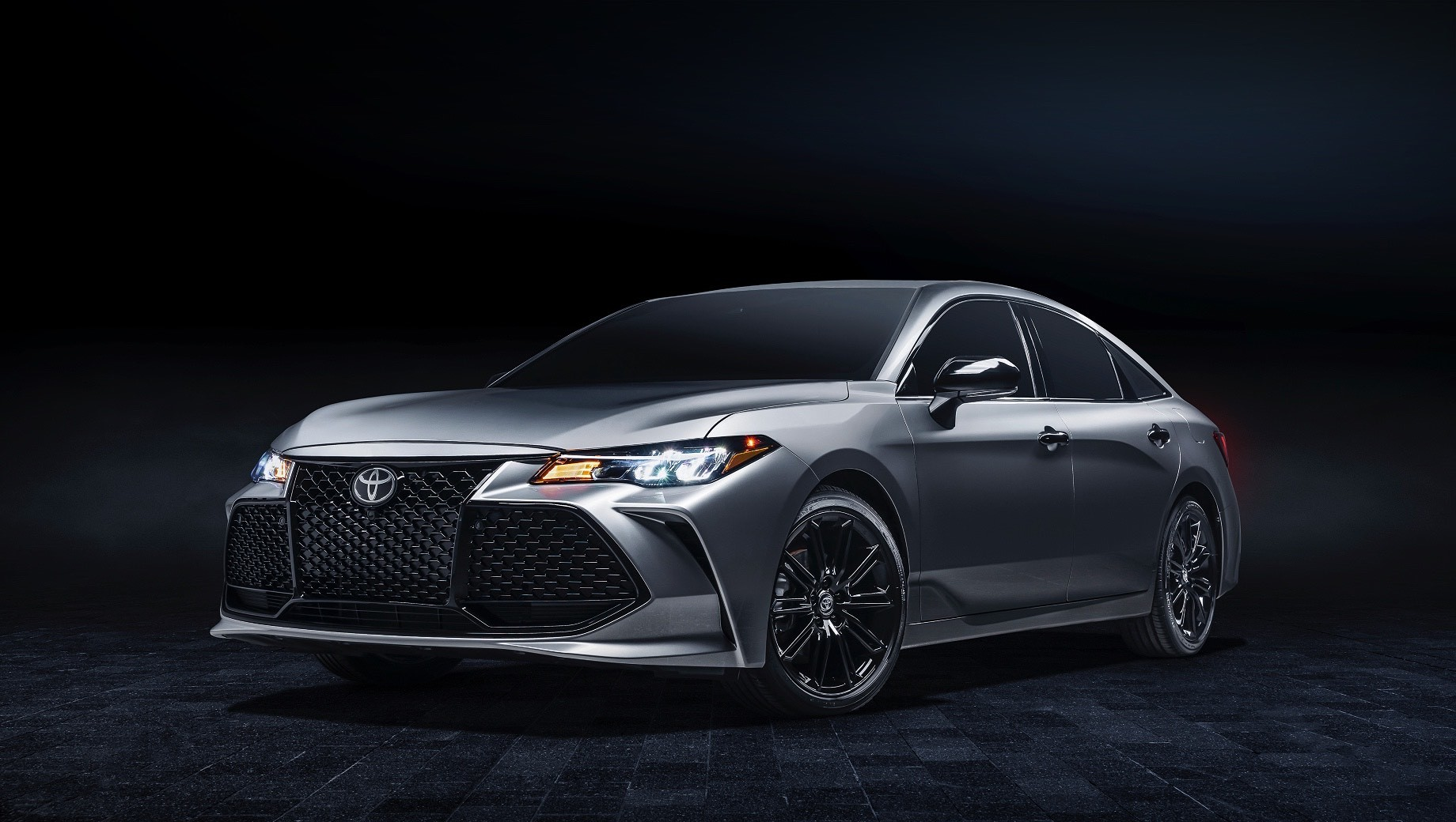 Toyota avalon. В списке обновлений у Авалонов 2021 модельного года не только новая версия Nightshade Edition (на фотографии), но и новые цвета кузова для стандартных машин, а также литиево-ионная батарея вместо никель-металлогидридной на гибридном седане Avalon Hybrid.