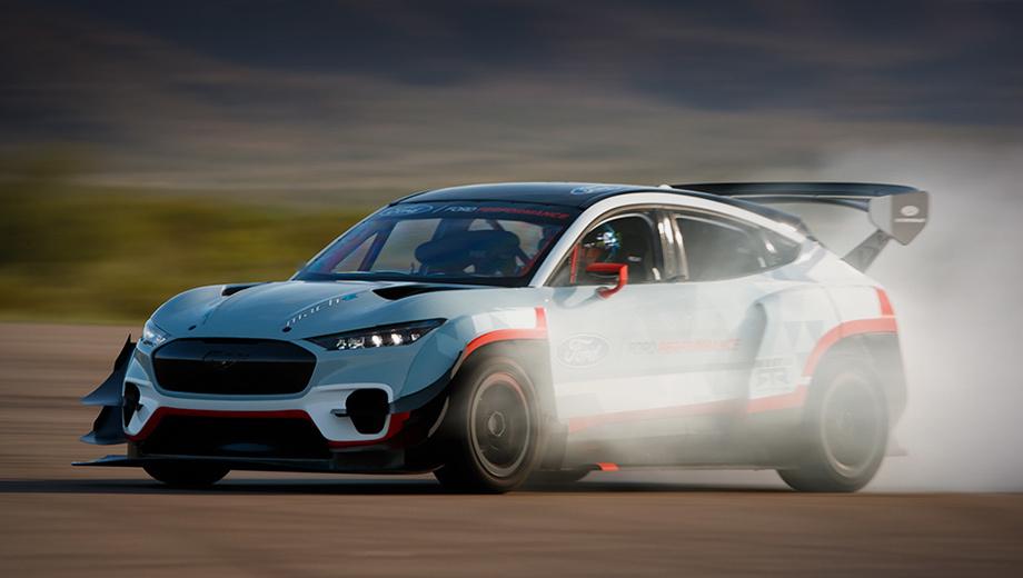 Ford mustang,Ford mustang mach-e,Ford mustang mach-e 1400. В боевой машине всё ещё можно узнать обычный Mach-E: фары и решётка почти не изменились. Прочие компоненты оптимизированы ради лучшей аэродинамики с акцентом на воздуховоды охлаждения. Расширены колёсные арки, установлены сплиттер, боковые юбки, массивное антикрыло.