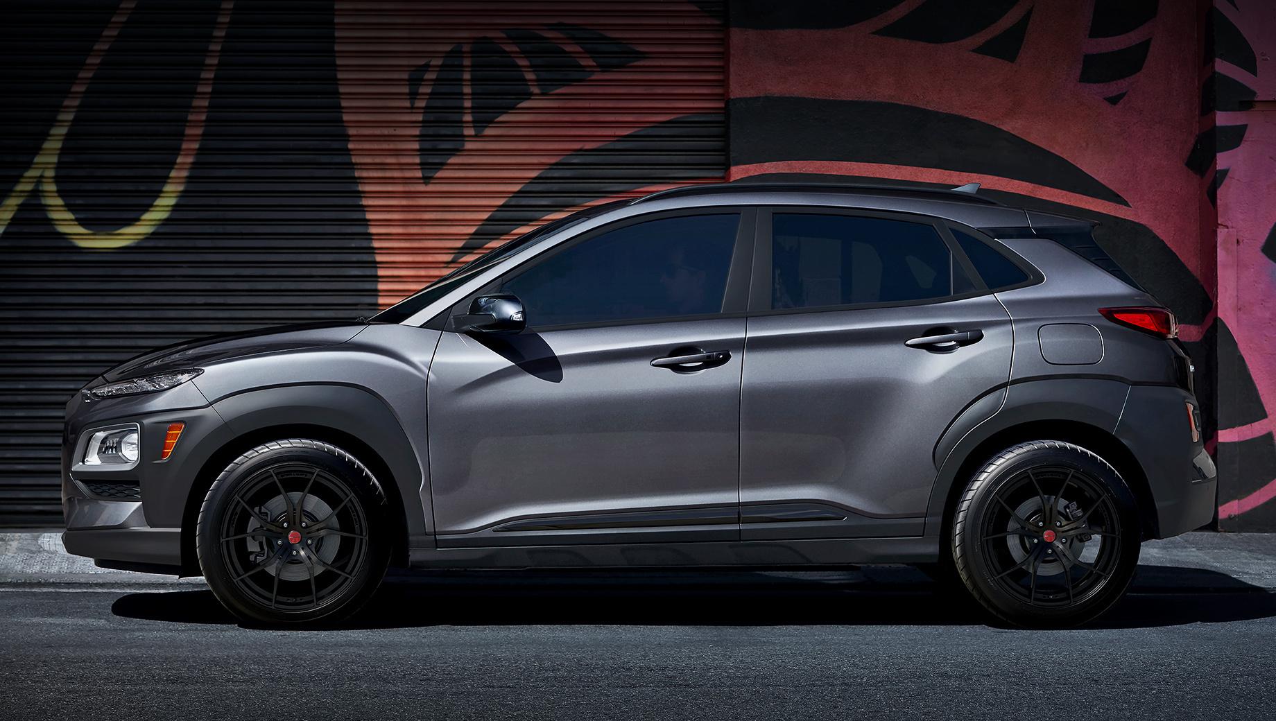 Hyundai kona. Список перекрашенных под ночь элементов компания не даёт. По фотографии видно, что в этот перечень вошли решётка радиатора, молдинги на дверях и багажнике. Кроме того, паркетник обзавёлся чёрными 18-дюймовыми алюминиевыми колёсами Rays.