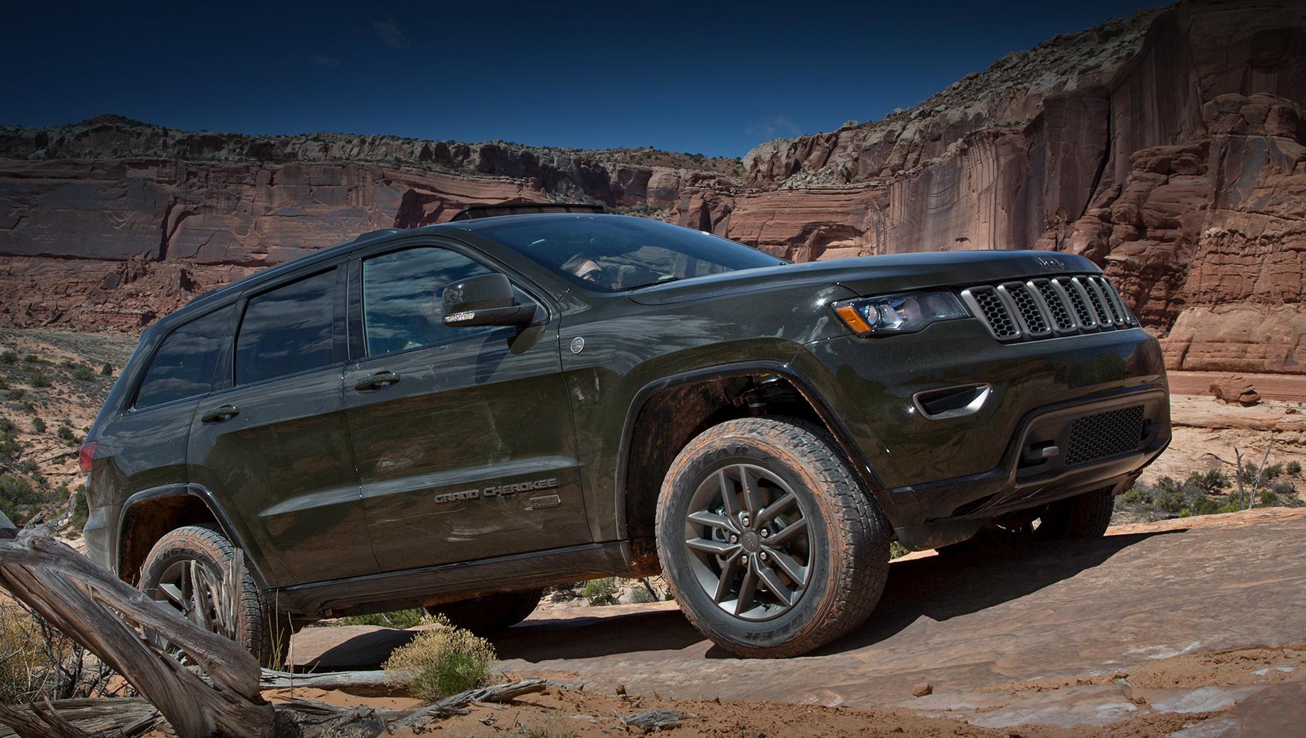 Jeep grand cherokee. Сегодня в США Grand Cherokee предлагается покупателям в 12 различных исполнениях, включая «заряженные» SRT и Trackhawk. Моторы — V6 3.6, V8 5.7 и V8 6.4 мощностью от 297 до 717 сил. Цены варьируются от $34 000 до $87 645 тысяч (от 2,4 до 6,3 млн рублей).
