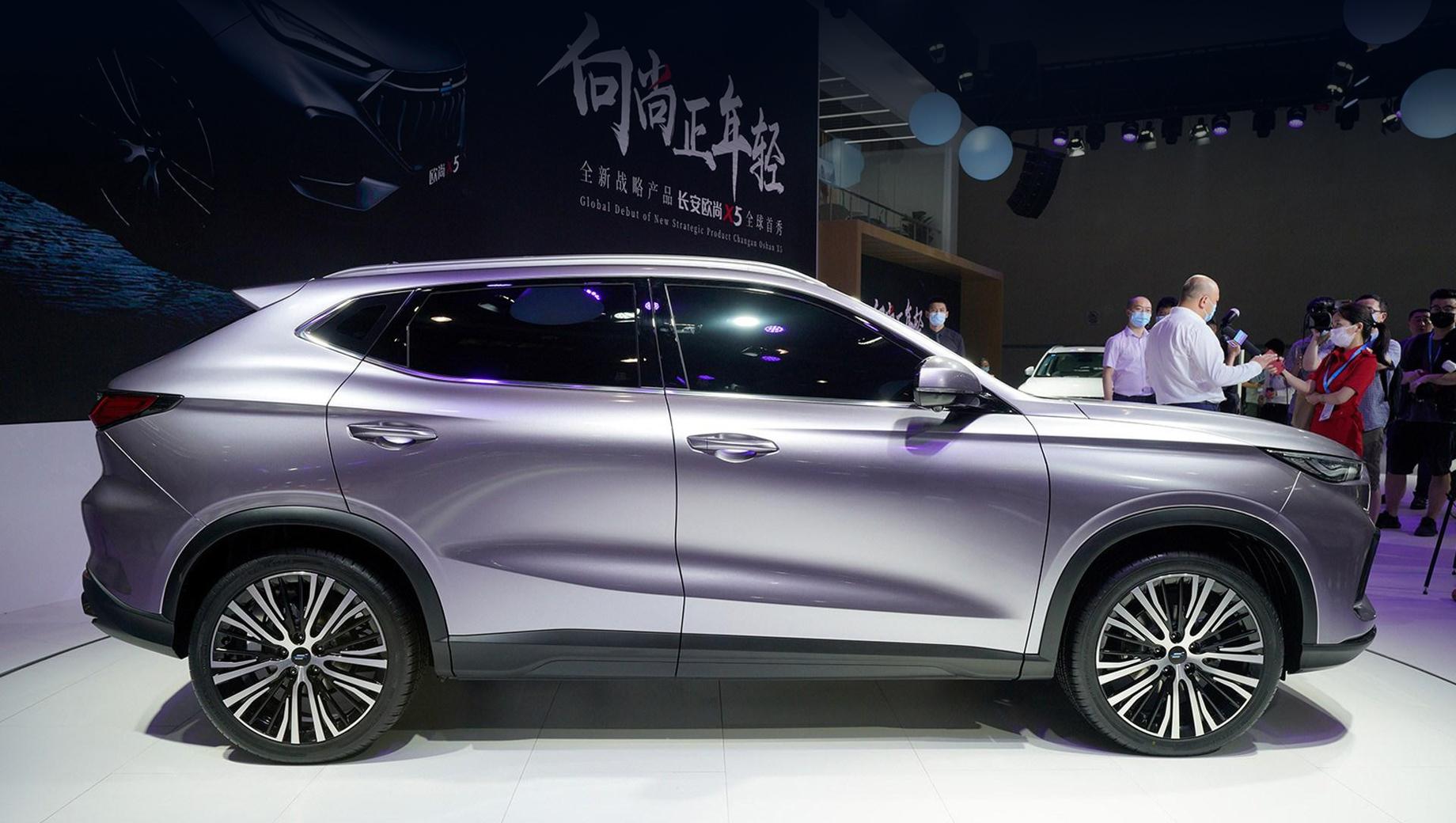 Changan auchan x5. Длина, ширина и высота кроссовера — 4490, 1860, 1580 мм, колёсная база равна 2710 мм. Данные о вариантах трансмиссии, динамике и тому подобные последуют позже.