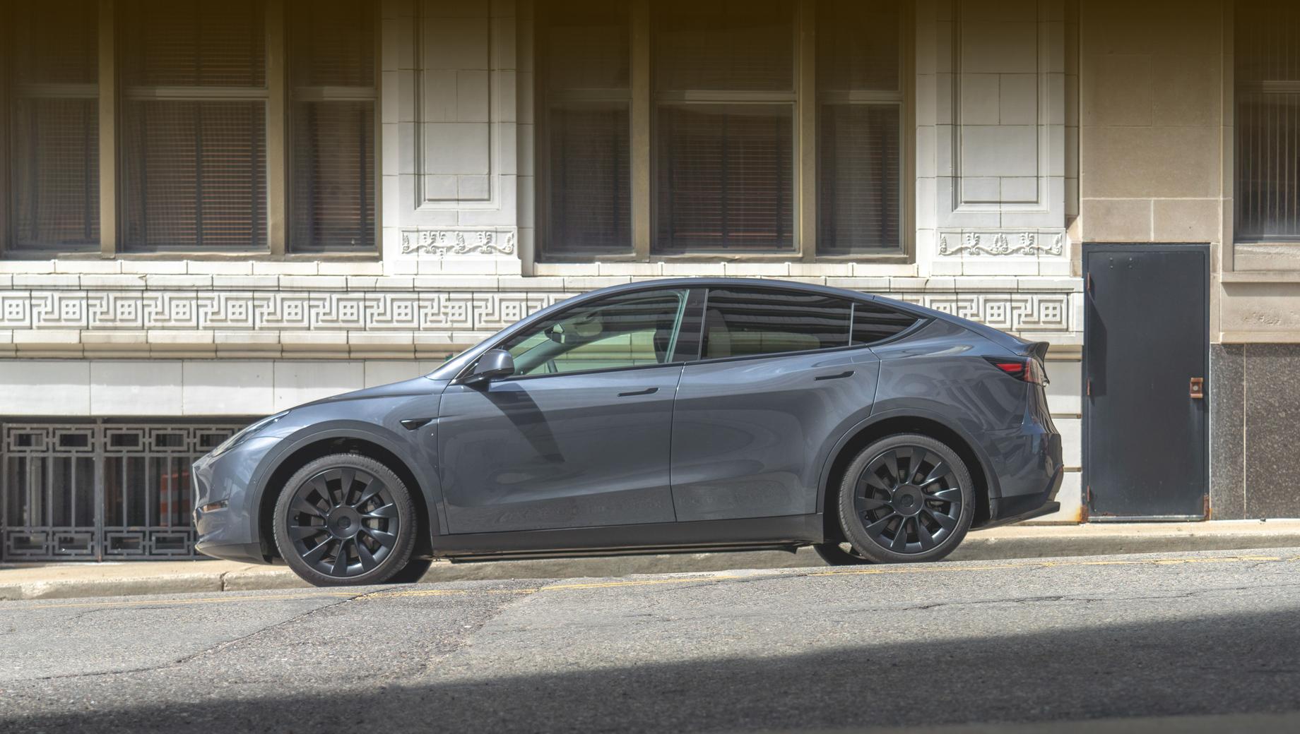Tesla model y. По плану завод Gigafactory Berlin должен быть достроен в марте 2021-го, а в июле там начнётся выпуск кроссоверов Tesla Model Y.