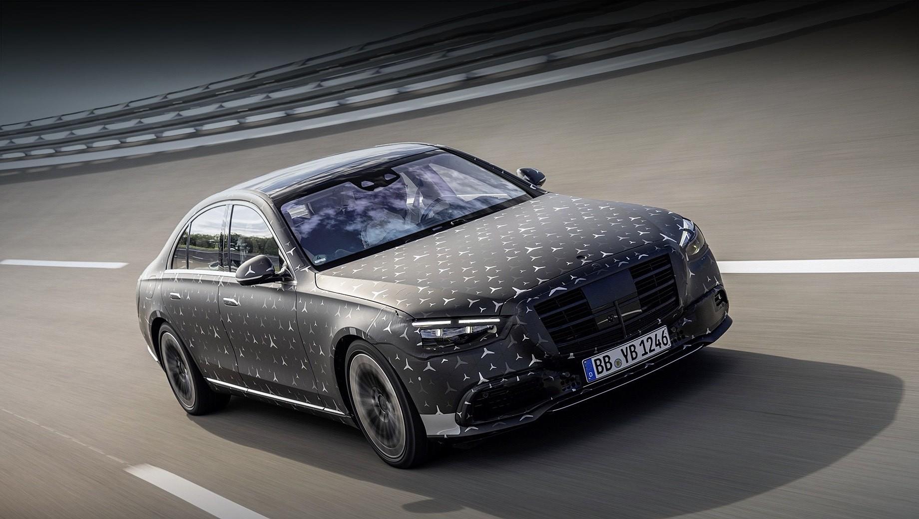 Mercedes s. Mercedes S-класса нового поколения можно будет оснастить активной системой мониторинга слепых зон, которая предупреждает водителя и пассажиров об опасности при выходе из машины. Также флагманский седан сможет полностью самостоятельно парковаться на размеченные линиями места.