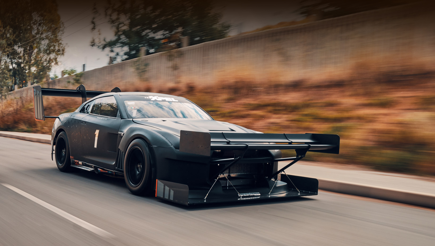 Nissan gt-r. В Сети эта машина мелькала не раз, поражая публику самым агрессивным аэродинамическим обвесом, когда-либо встречавшимся на GT-R. Её создатели говорят, что ещё не показали полный потенциал монстра, потому присмотримся к нему поближе.