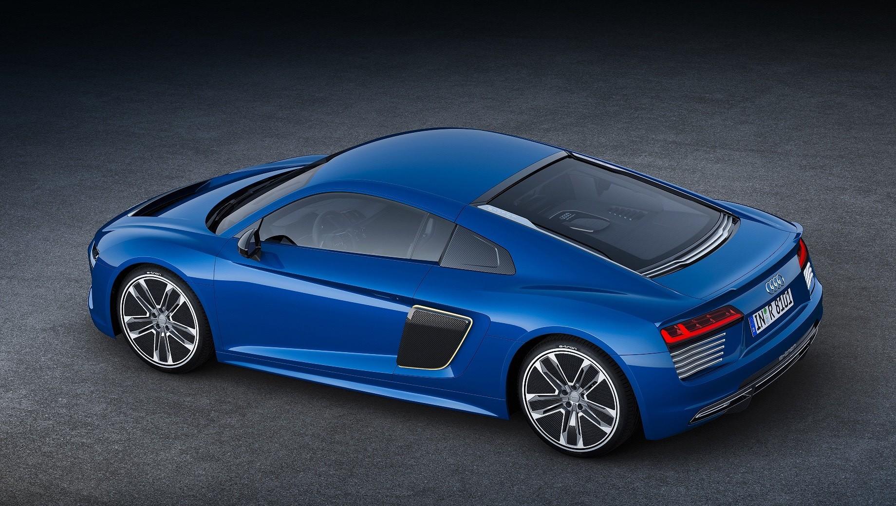 Audi tt,Audi r8. Audi R8 уже была электрокаром в исполнении e-tron. Суперкар получил два электродвигателя на задней оси (суммарно 462 л.с. и 920 Н•м), а разгон до сотни занимал 3,9 с. Запас хода на заряженном аккумуляторе — 450 км. Но цена в миллион евро определила тираж — менее ста машин с 2015 по 2016 год.