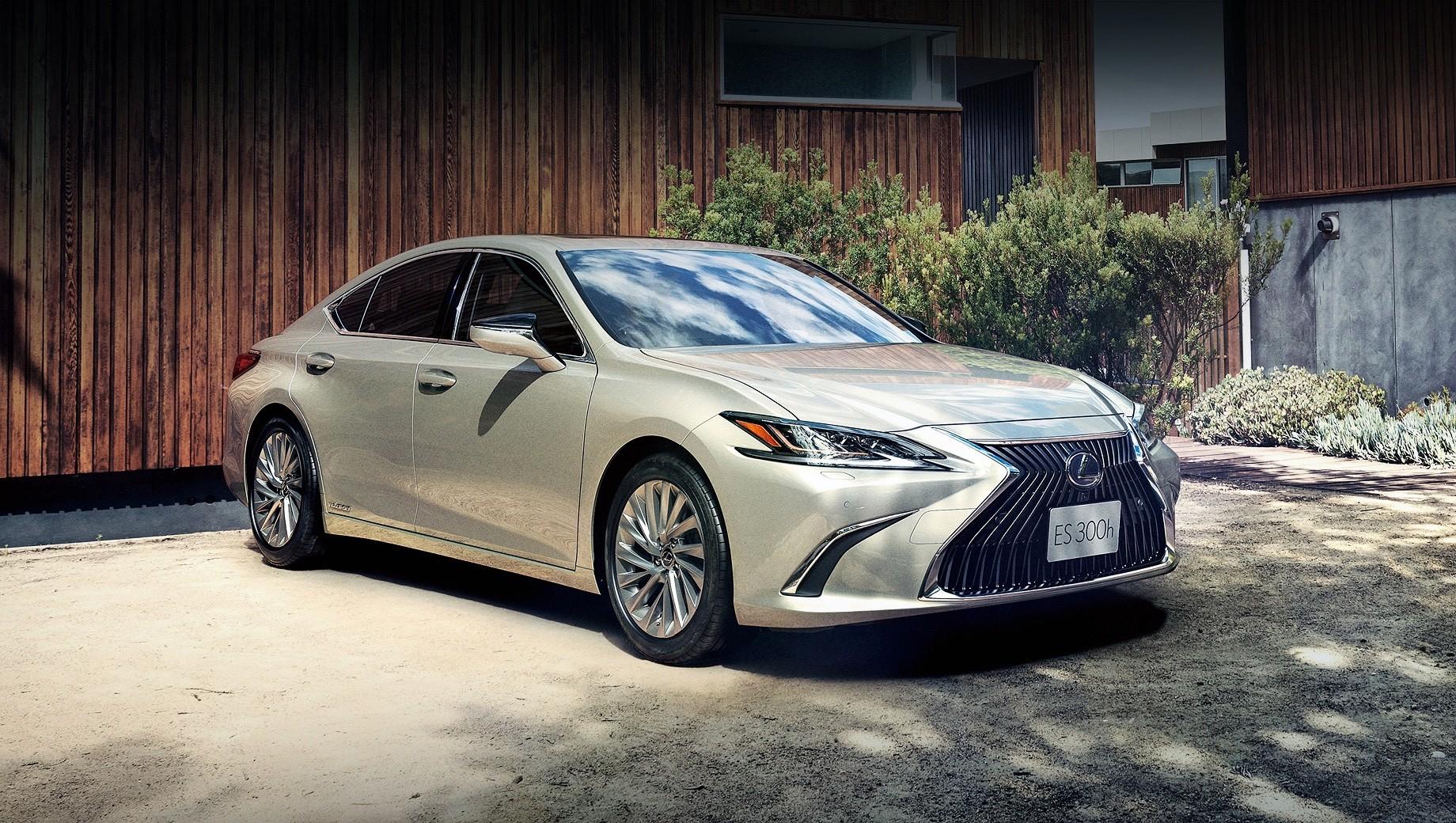 Lexus es. Продажи гибридов Lexus ES 300h 2021 модельного года в Японии уже начались. В зависимости от исполнения автомобиль стоит от 5 990 000 до 7 130 000 иен (от 4,17 до 4,96 млн рублей). Седан оснащается бензиновым двигателем 2.5 (178 л.с., 221 Н•м) и электромотором (120 сил, 202 Н•м).