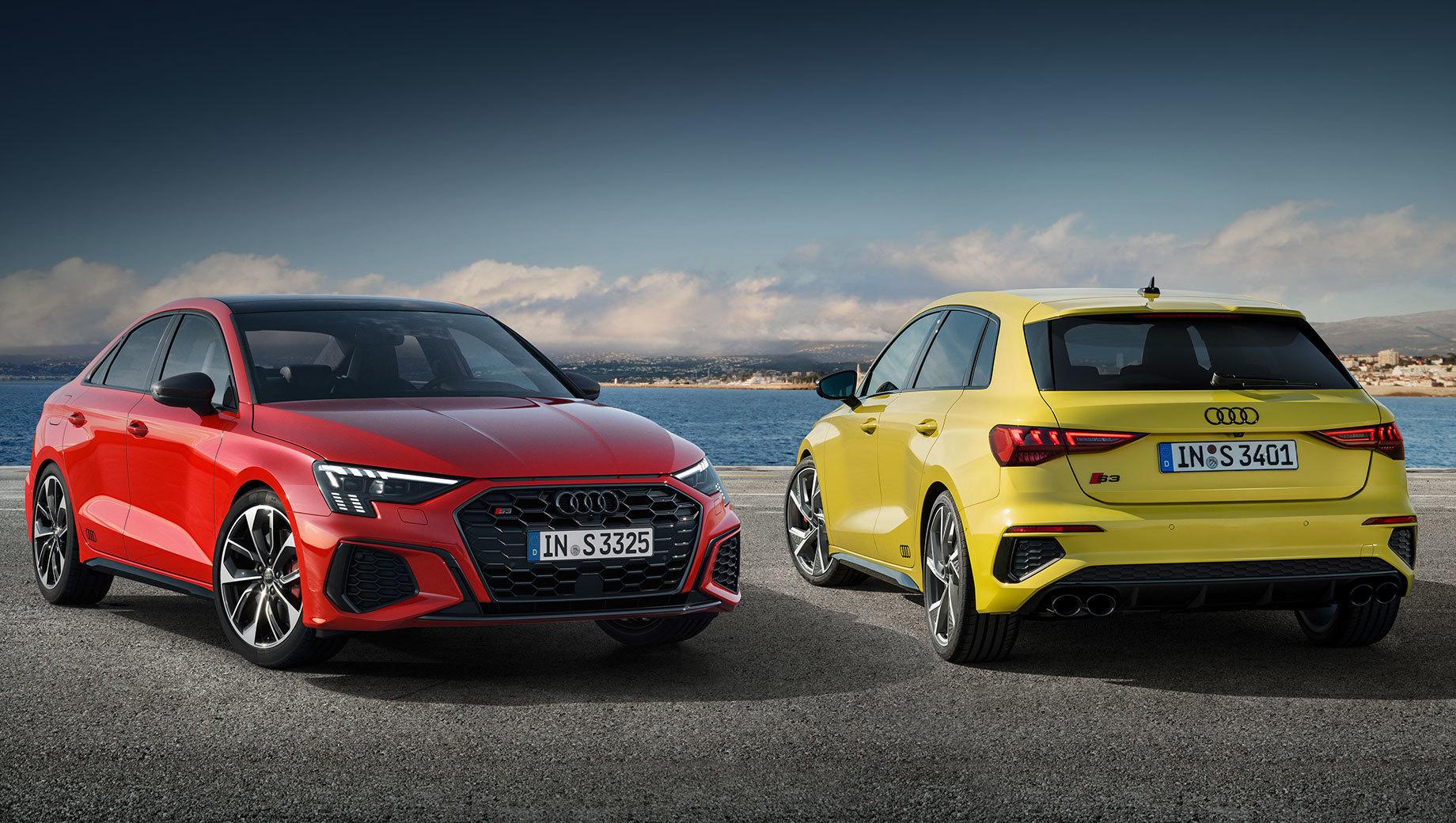 Audi s3,Audi rs3 sedan,Audi s3 sportback. Новые «эски» (слева показан седан) внешне отличаются от обычной Audi A3 большими воздухозаборниками в переднем бампере, решёткой «в ромбик», чёрными корпусами наружных зеркал, задним диффузором, четырьмя округлыми патрубками и другими нюансами декора.