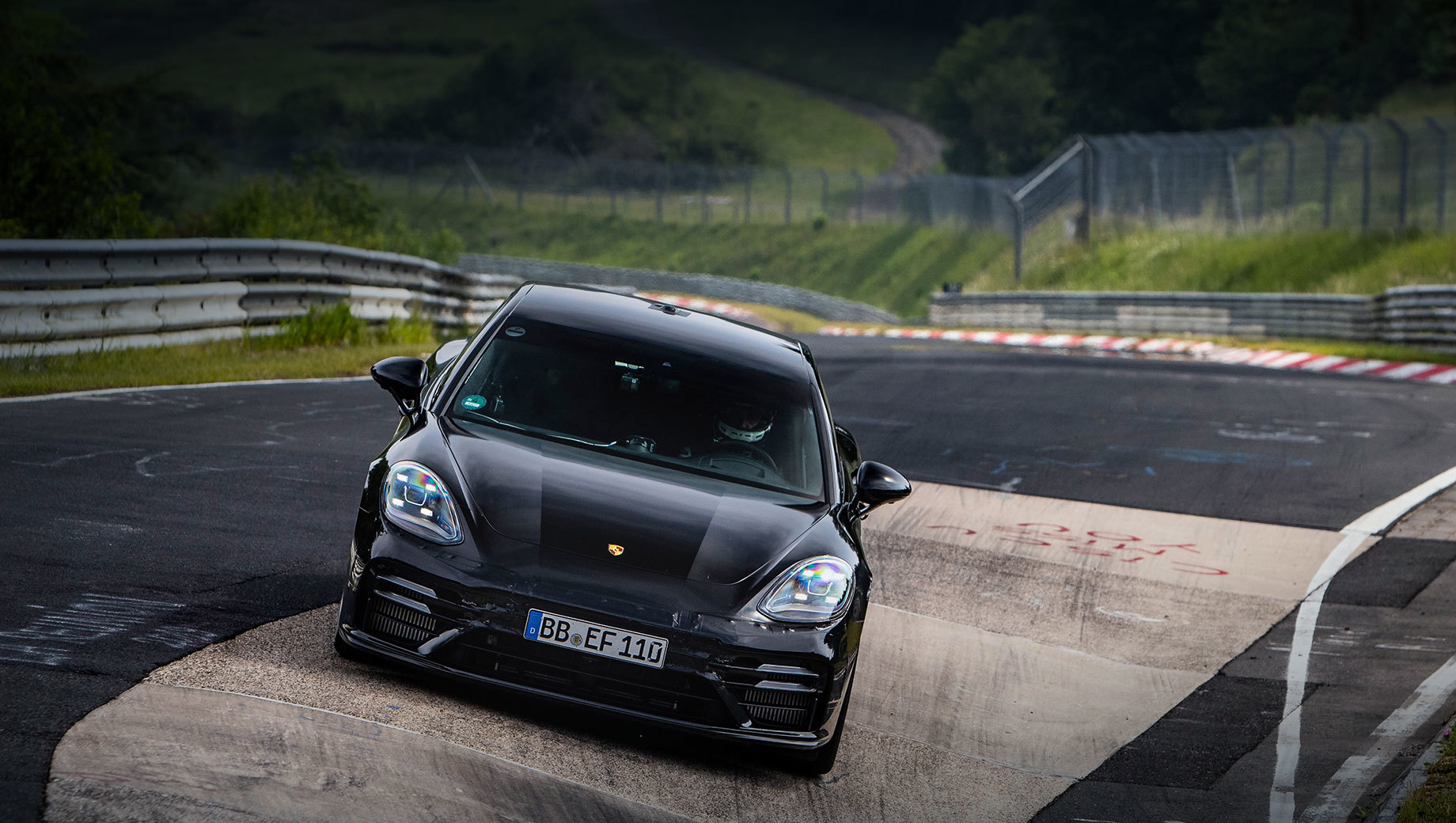 Porsche panamera. Хэтч вышел на Нордшляйфе в лёгкой маскировке. Называя Панамеру «четырёхдверным седаном», Porsche говорит: рекорд установлен обычным серийным автомобилем, что подтверждено нотариусом.