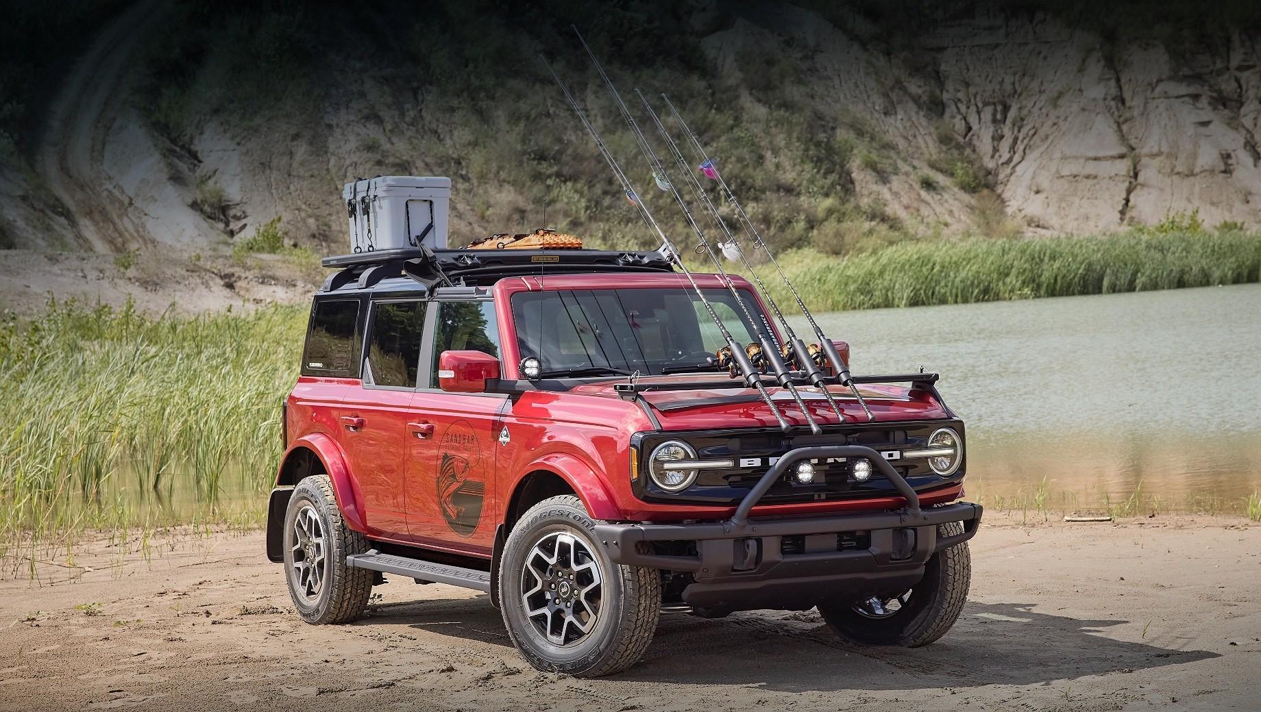 Ford bronco,Ford bronco sport. Внедорожник Bronco Outer Banks Fishing Guide оснащён тканевой крышей над передними сиденьями, дополнительным светодиодным светом, багажником Yakima LockNLoad и 18-дюймовыми легкосплавными колёсами с шинами Bridgestone Dueler A/T.