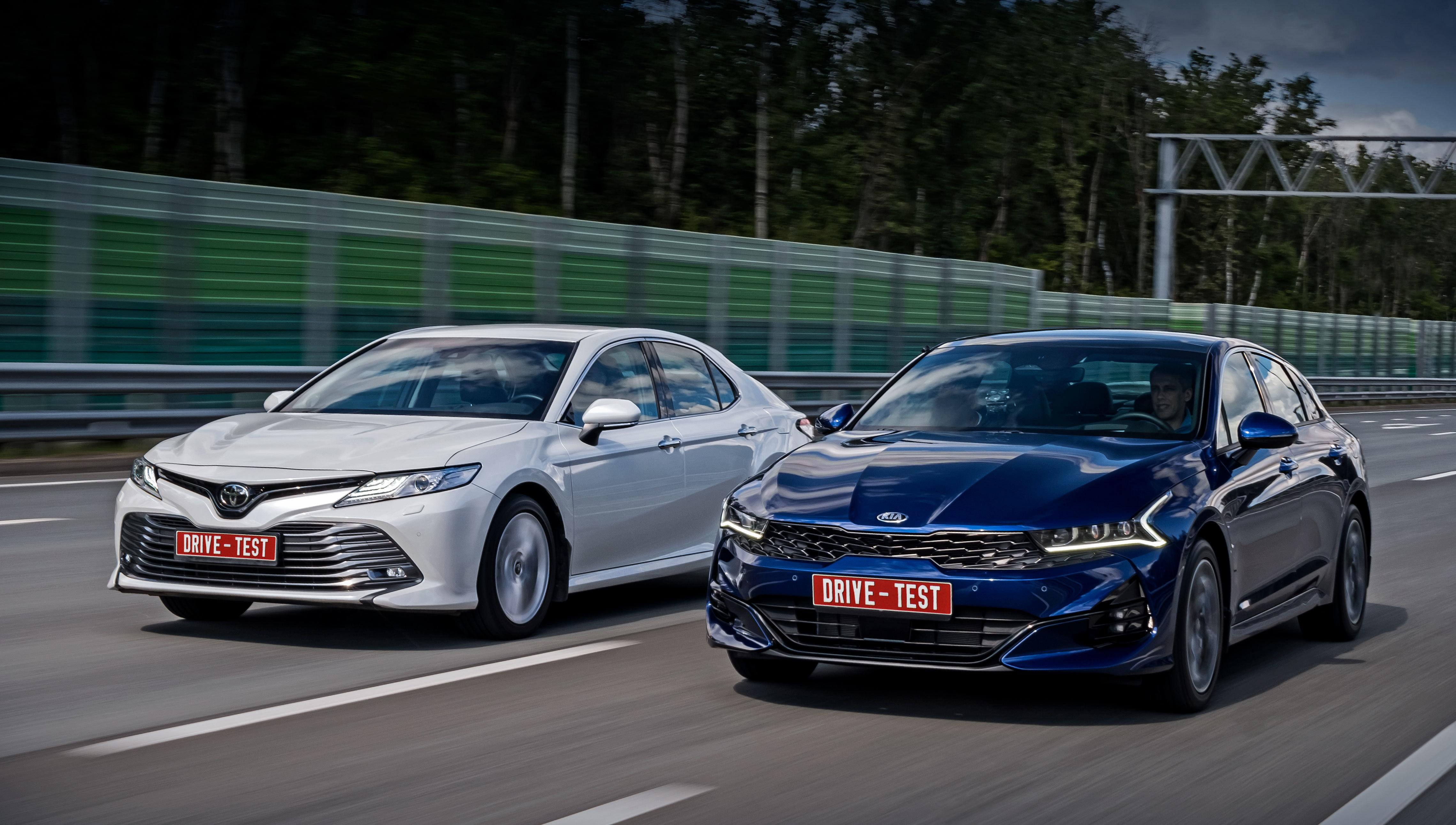 Kia k5,Toyota camry. Базовая 150-сильная версия K5 2.0 с кондиционером и пластиковым рулём оценена в 1 489 900 рублей. Начальное для мотора 2.5 исполнение Luxe стоит 1,84 млн. Двухлитровая Camry (150 л.с.) только стартует с 1,7 млн.