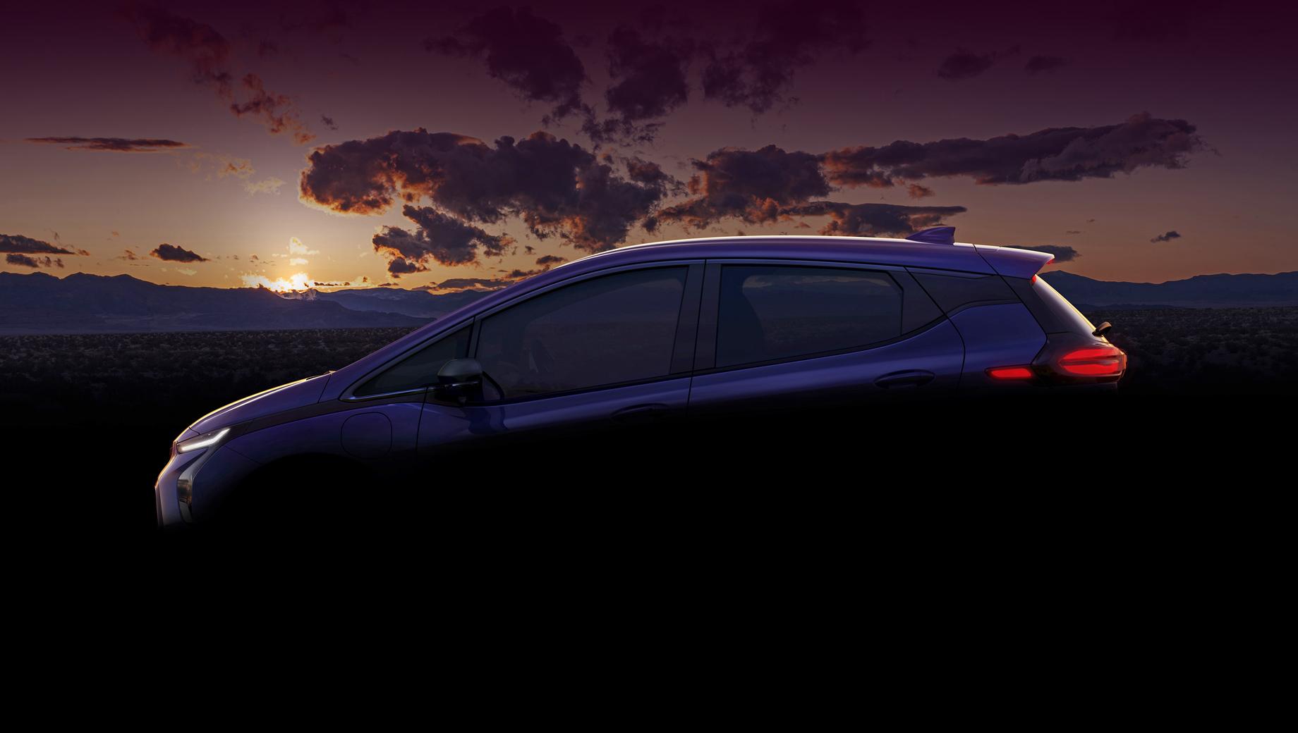 Chevrolet bolt,Chevrolet bolt euv. На тизере уже можно приметить, что у хэтчбека изменился передний бампер и появились очень узкие фары, поубавилось хрома в отделке, поменялся декор на задней стойке. Фонари — с новой графикой.