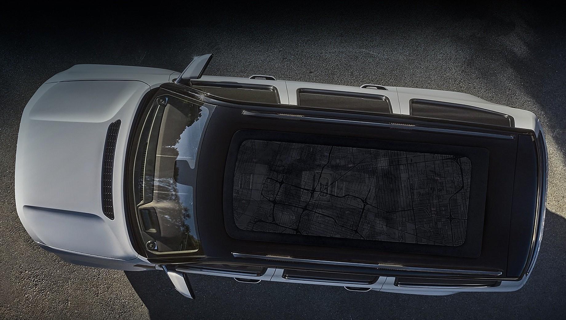Jeep grand wagoneer,Chrysler 300. С этого ракурса видны огромная панорамная крыша внедорожника Jeep Grand Wagoneer (аж до третьего ряда простирается), рельефный капот, раздутые крылья и проектор показаний на лобовое стекло.