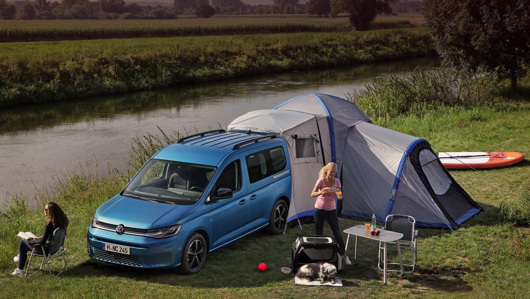 Volkswagen caddy california. Модульная палатка, рассчитанная на стыковку с Caddy, является деталью каталога Volkswagen Accessories и будет запущена чуть позднее. Но и без неё кемпер найдёт, чем порадовать покупателя.