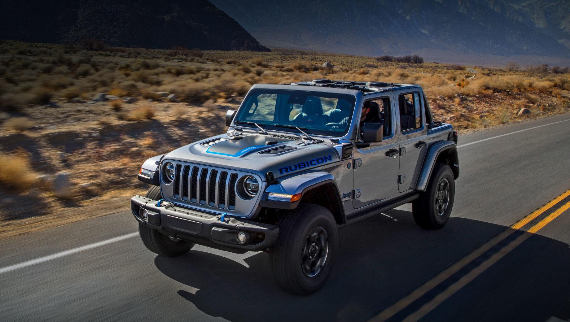 Jeep wrangler,Jeep wrangler 4xe. В продаже гибрид Wrangler будет представлен тремя модификациями — 4xe, Sahara 4xe и Rubicon 4xe. У последней изначально есть более продвинутая трансмиссия с блокировками переднего и заднего дифференциала и клиренс 274 мм. Геометрическая проходимость Рубикона — углы въезда, рампы и съезда достигают 44, 22,5 и 35,6 градуса соответственно.