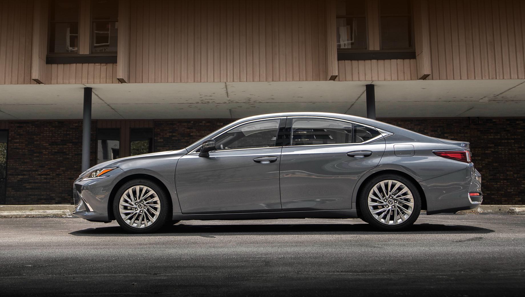 Lexus ES 250 Advance похвастал оснащением старших собратьев
