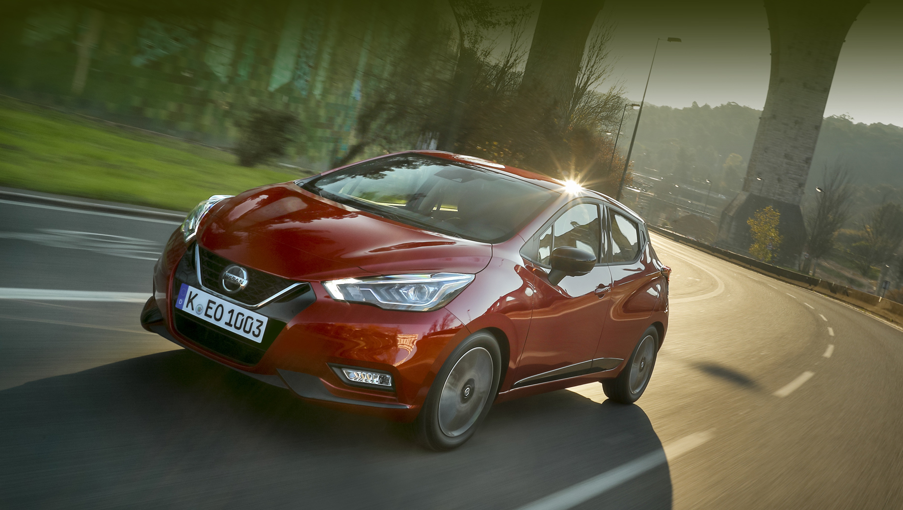 Nissan micra. Нынешняя Micra пребывает в пятом поколении (на конвейере с декабря 2016 года) и полагается на несколько разных литровых бензиновых моторов (71–117 л.с.) и 90-сильный дизель 1.5. Машину собирает завод Renault в муниципалитете Флен-сюр-Сен (Франция).