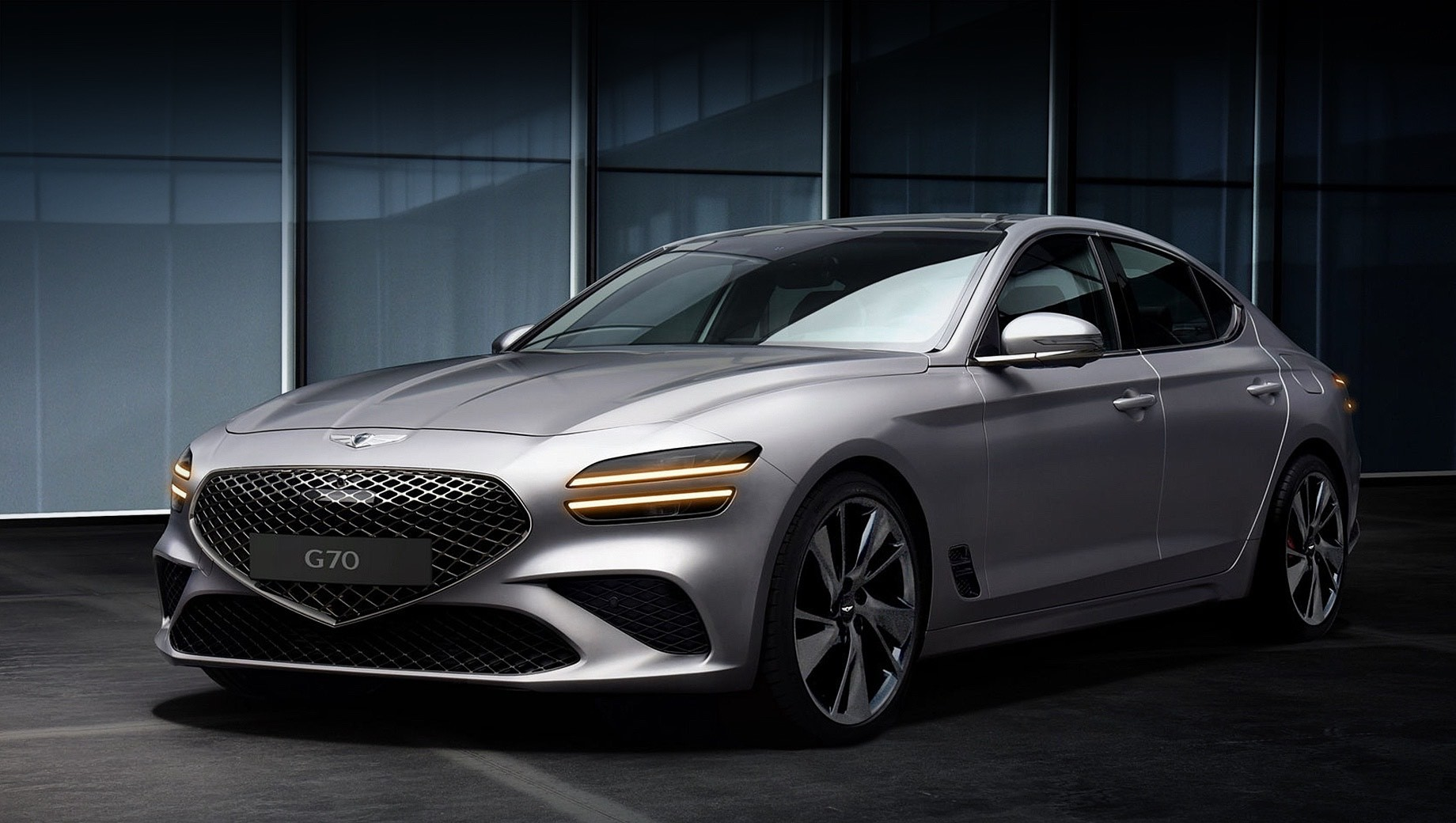 Genesis g70. Продажи рестайлингового Дженезиса G70 начнутся в октябре 2020 года, а первым рынком станет южнокорейский. На нём у четырёхдверки сохранятся прежние двигатели — бензиновые 2.0 (252 л.с.) и V6 3.3 (370), а также турбодизель 2.2 (202). Все машины — с восьмиступенчатым «автоматом», задним или полным приводом.