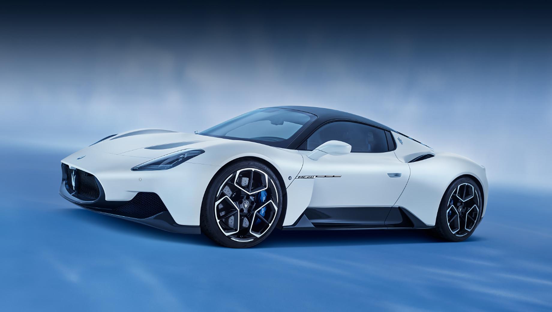 Maserati mc20. Длина, ширина, высота купе равны 4669, 1965, 1221 мм, колёсная база — 2700 мм. Багажники: 50 л спереди и 100 л сзади. Углепластиковый монокок позволил получить снаряжённую массу менее, чем 1500 кг.