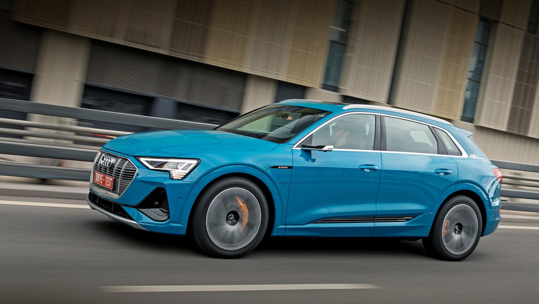 Audi e-tron. Цены начинаются с 5 768 000 рублей, но бесплатен лишь чёрный акрил. Любой «металлик» обойдётся в 61 тысячу, а такой цвет из палитры Audi exclusive — в 176 600. России положены только 300-киловаттные версии 55 quattro, хотя в Европе доступны и «пятидесятки» с меньшим запасом хода.