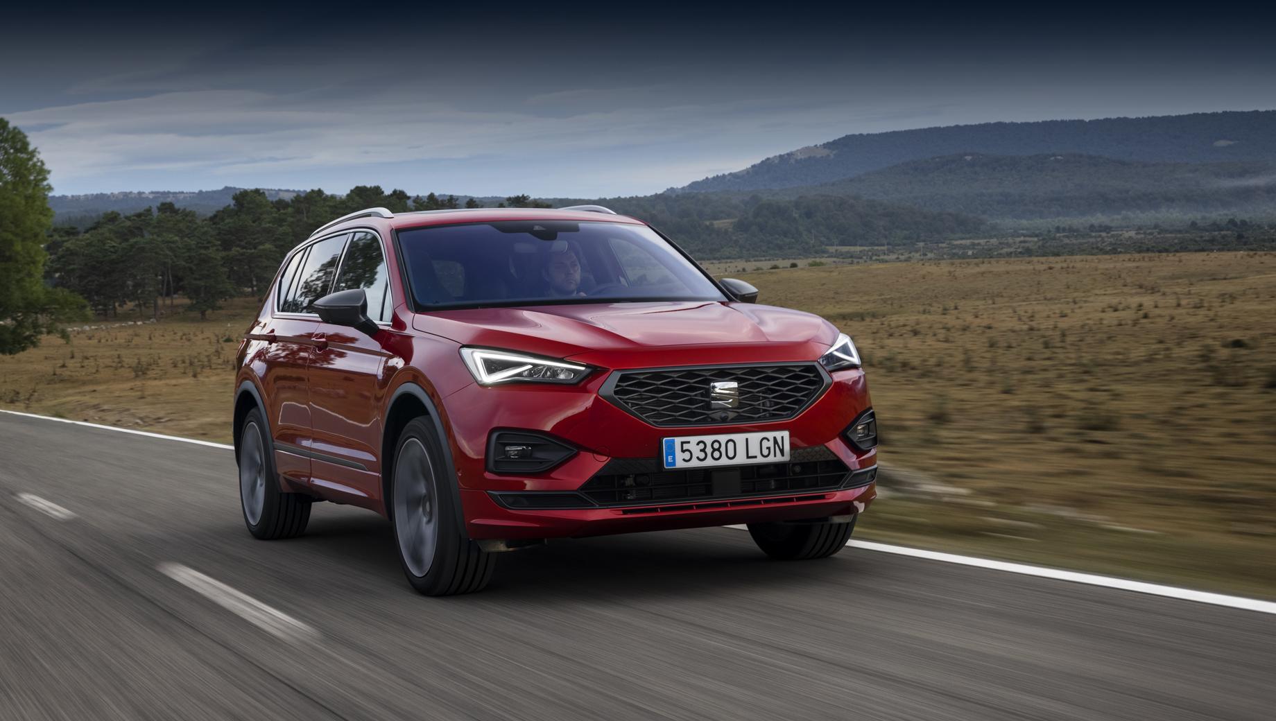Seat tarraco. Меньше 150 л.с. в Tarraco не бывает, топовые бензиновые и дизельные варианты располагают 190 «лошадками» (они же способны похвастать полным приводом), гибрид самый мощный — 245 сил.
