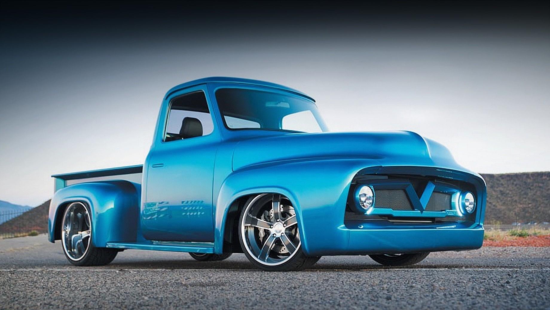 Ford speedtech  f-100,Ford f-100. На разработку рестомода американское ателье потратило больше 13 месяцев. За это время корпус притянулся к земле, радикально обновилась передняя часть, остекление лишилось внешних уплотнителей, исчезли ручки. Для окраски использовали оттенок BMW Rock Fish Blue.