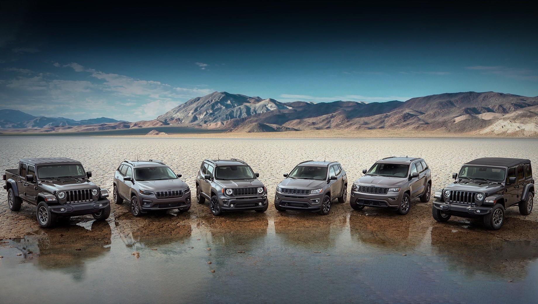 Jeep renegade,Jeep grand cherokee,Jeep wrangler,Jeep compass,Jeep gladiator,Jeep cherokee. Юбилейные автомобили Jeep поступят к дилерам в четвёртом квартале 2020-го, но заказы уже принимаются. И на все машины 2021 модельного года распространяется новая программа обслуживания клиентов Jeep Wave с бесплатной заменой масла и шин на протяжении трёх лет, круглосуточной поддержкой по телефону или онлайн и VIP-доступом на мероприятия бренда.