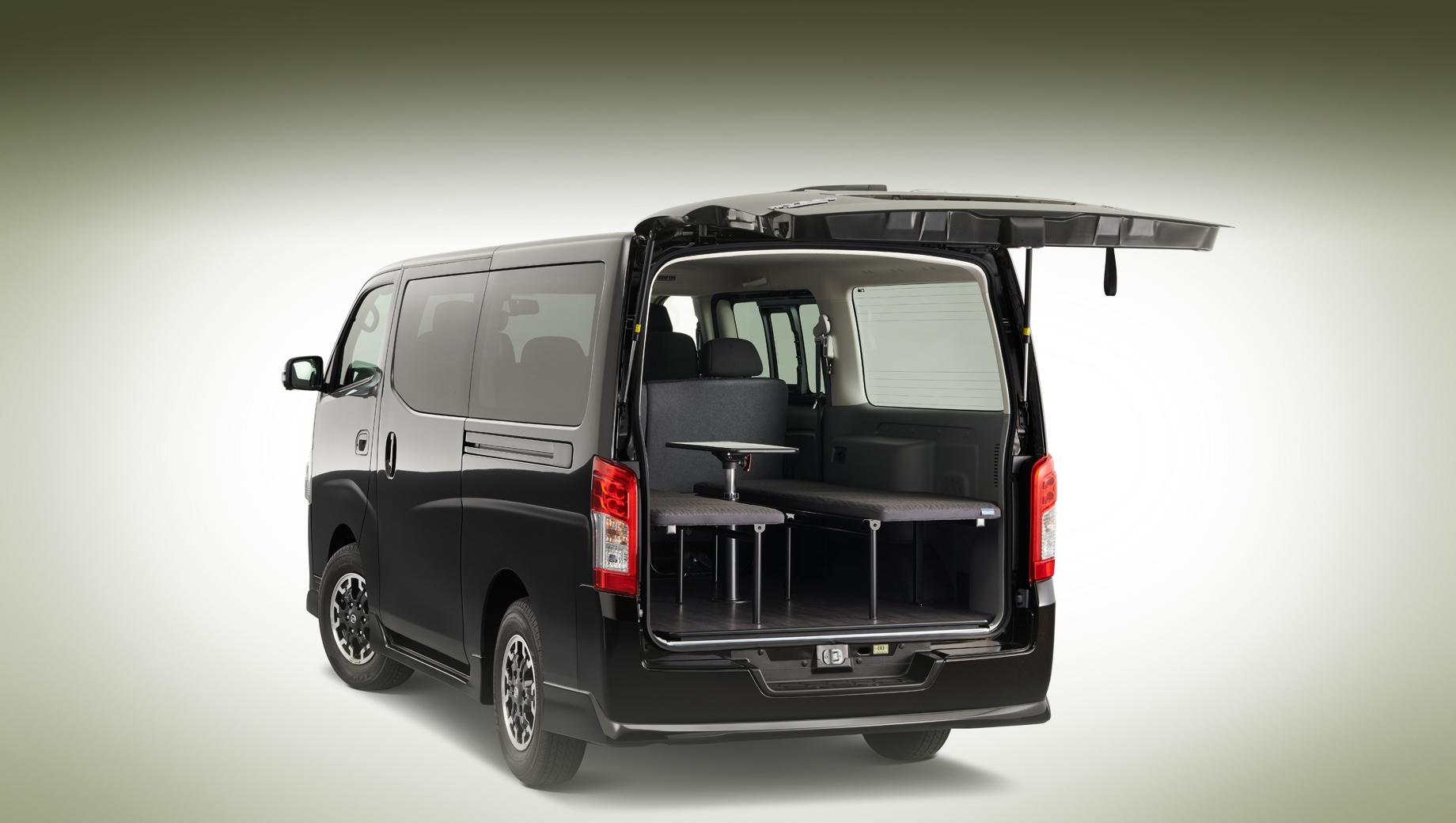 Nissan nv350. В мини-гостиной на основе NV350 есть не только кровати и столик, но и твёрдый пол, напоминающий пол в комнате (по раскраске похож на ламинат, но его реальное устройство фирма не поясняет).