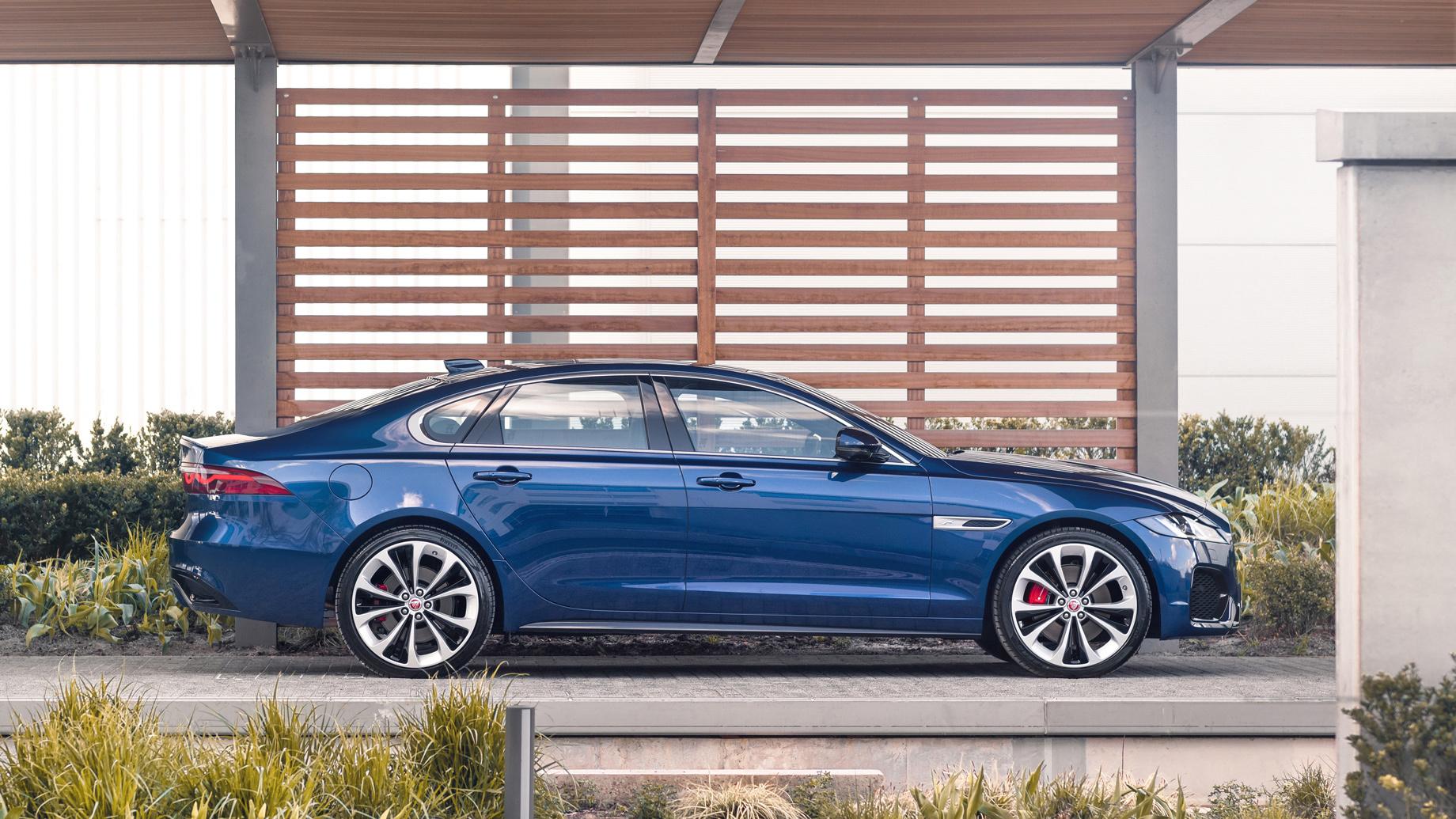 Седан Jaguar XF обновился почти повсем фронтам