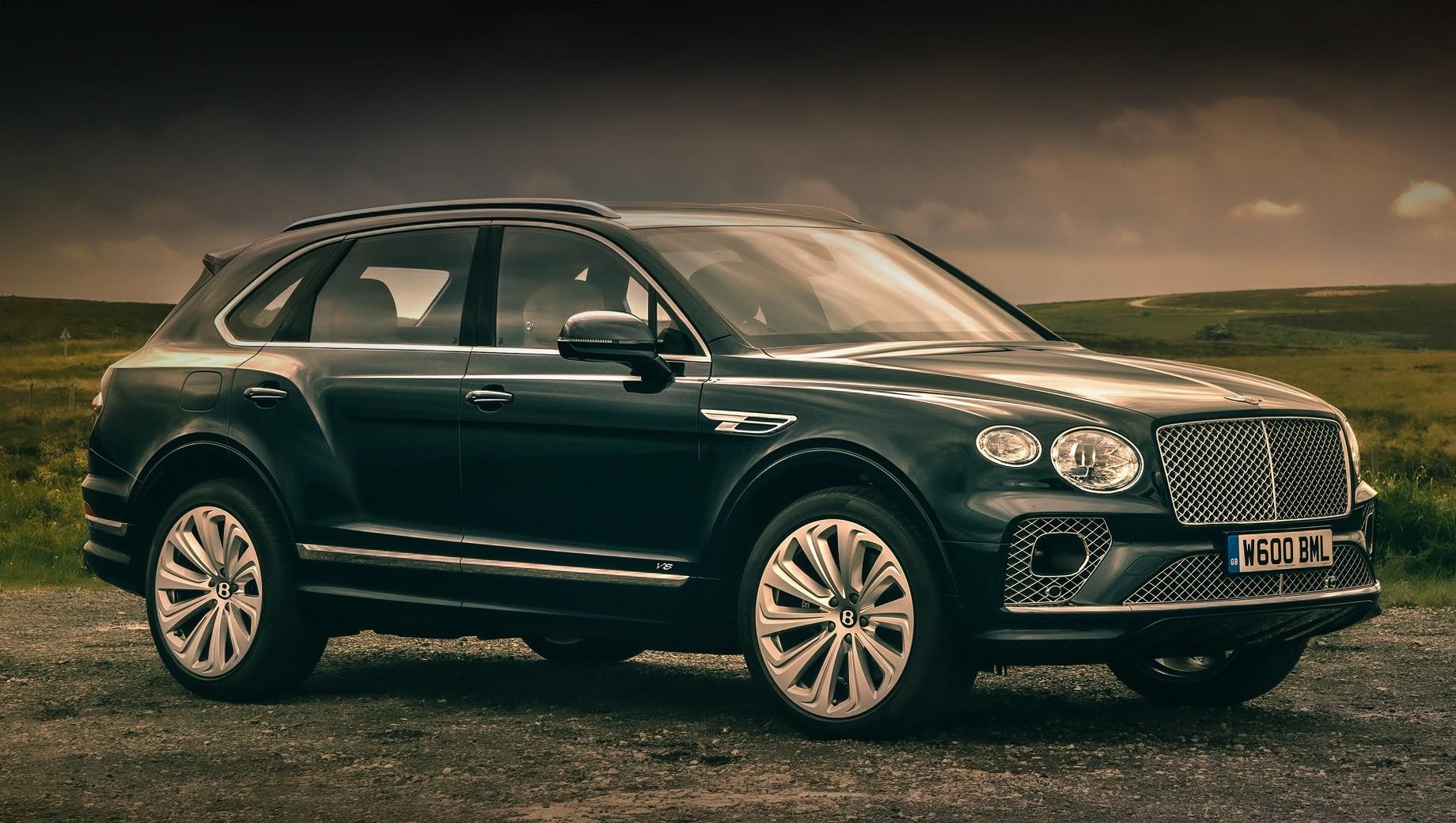 Bentley bentayga. На российском рынке у модернизированной Бентейги в гамме есть пока только бензиновый мотор V8, но позже англичане привезут 635-сильную версию Speed и, возможно, дизельное исполнение, которое больше не предлагают европейцам. Также ждёт рестайлинга Bentayga Hybrid.