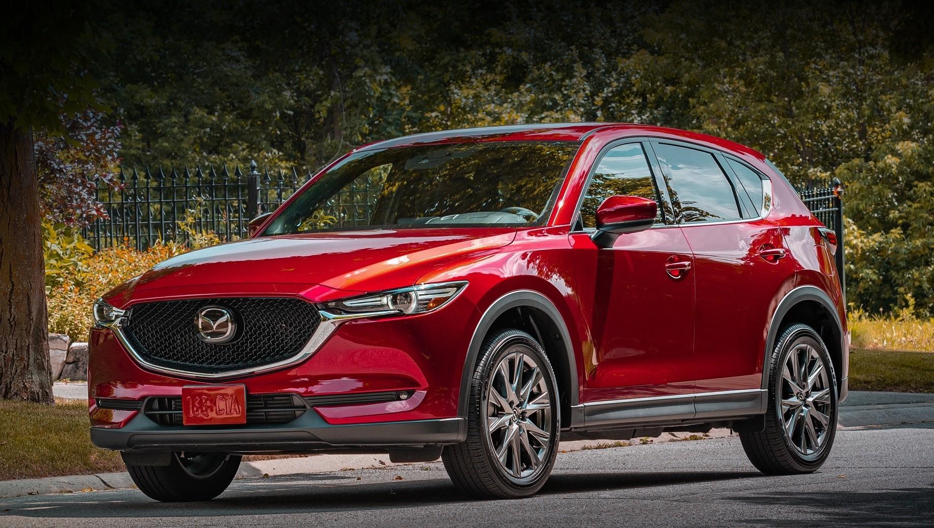 Mazda 6,Mazda cx-5. На дилерских складах в Штатах не осталось дизельных кроссоверов Mazda CX-5 2019 модельного года, но в своё время такая машина стоила от $41 000 (3,15 млн рублей). Даже самый дорогой вариант Signature с турбомотором 2.5 оценивается нынче в $37 155 (2,86 млн).