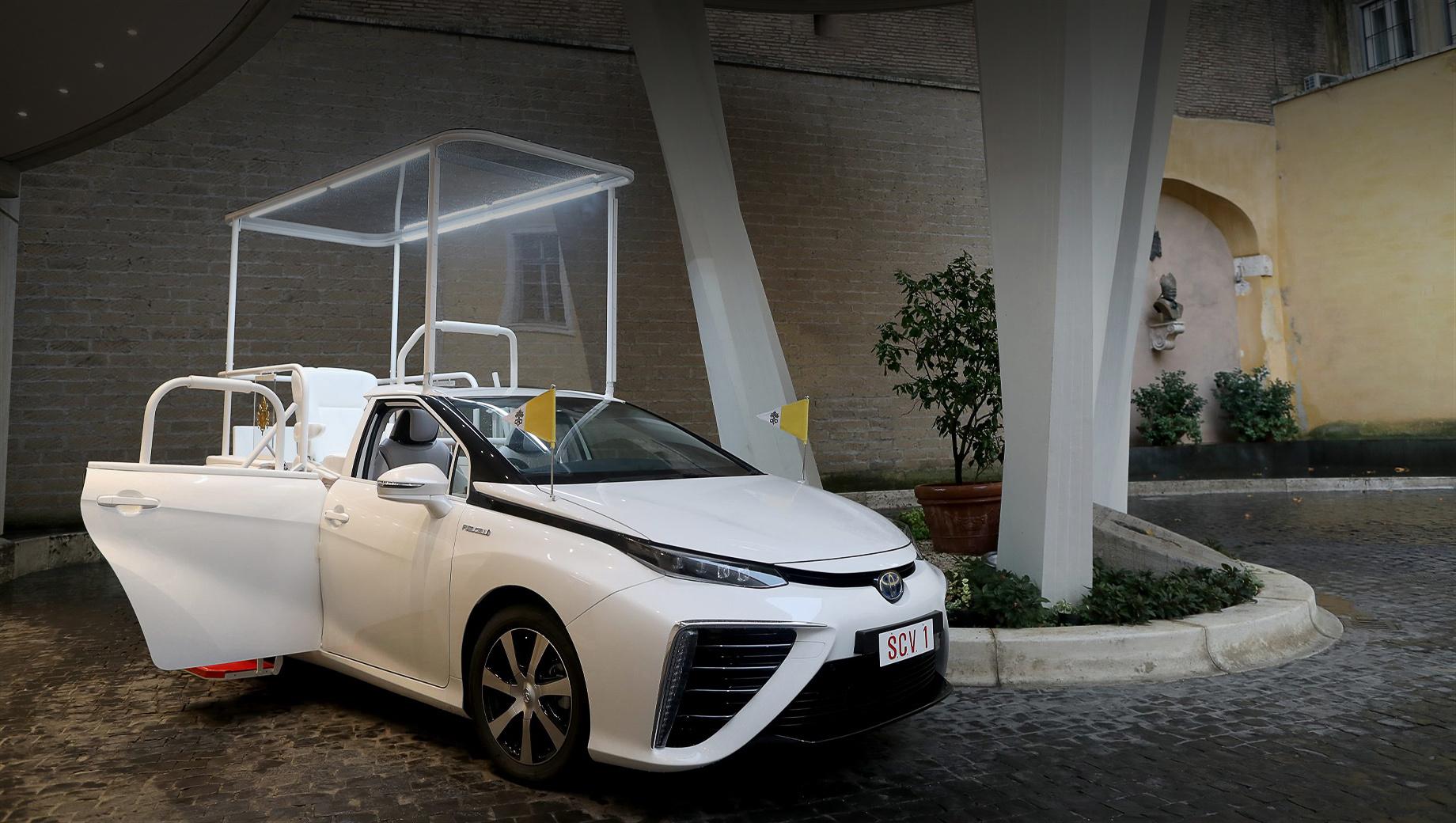 Toyota mirai. В январе был представлен «второй» седан Mirai, однако Его Святейшеству досталась машина первого поколения, поскольку «папамобиль» готовился к визиту Франциска в Японию 23–26 ноября 2019 года. Тогда Toyota изготовила для CBCJ два экземпляра и теперь преподнесла в дар один из них.