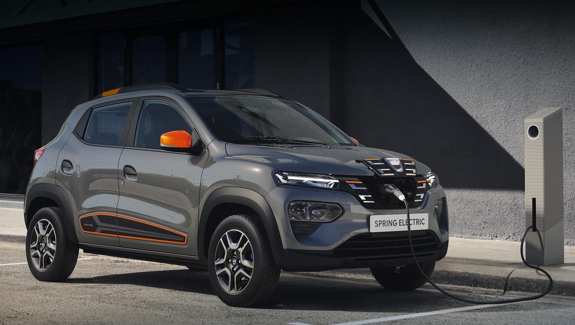 Dacia spring. Dacia Spring — первый в истории бренда электрокар. Однако этот автомобиль представляет собой перелицованного двойника модели Renault City K-ZE с точно такой же техникой. К слову, заводская гарантия на Spring составляет три года или 100 000 км, а на его батарею — восемь лет или 120 000 км.