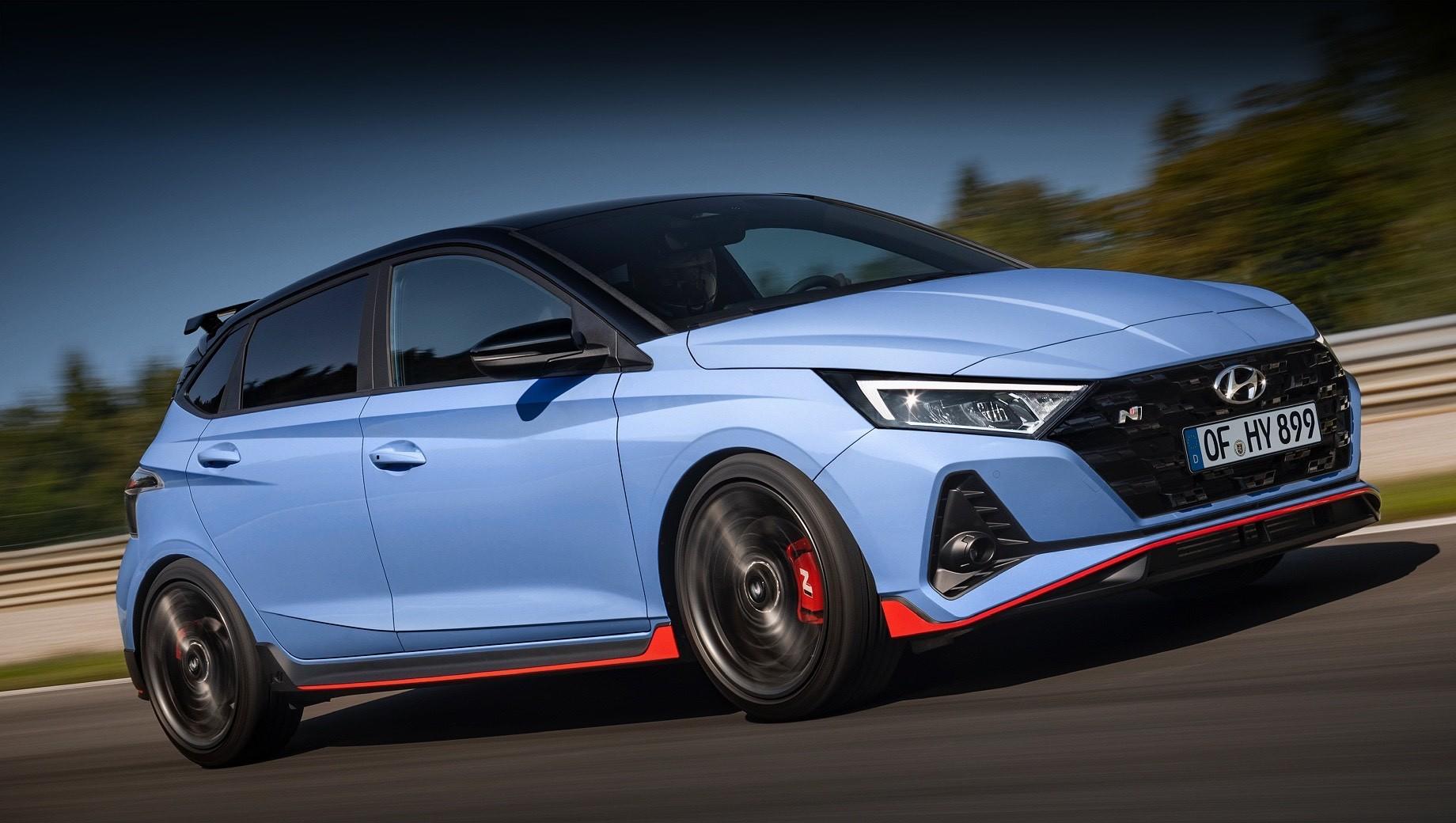 Hyundai i20,Hyundai i20 n. Яркий стайлинг хэтчбека Hyundai i20 N обусловлен не только спортивным обвесом с красными акцентами, антикрылом и 18-дюймовыми колёсами, но и заказным двухцветным окрасом кузова. Палитра состоит из шести колеров, пять из которых опционально сочетаются с контрастным чёрным.