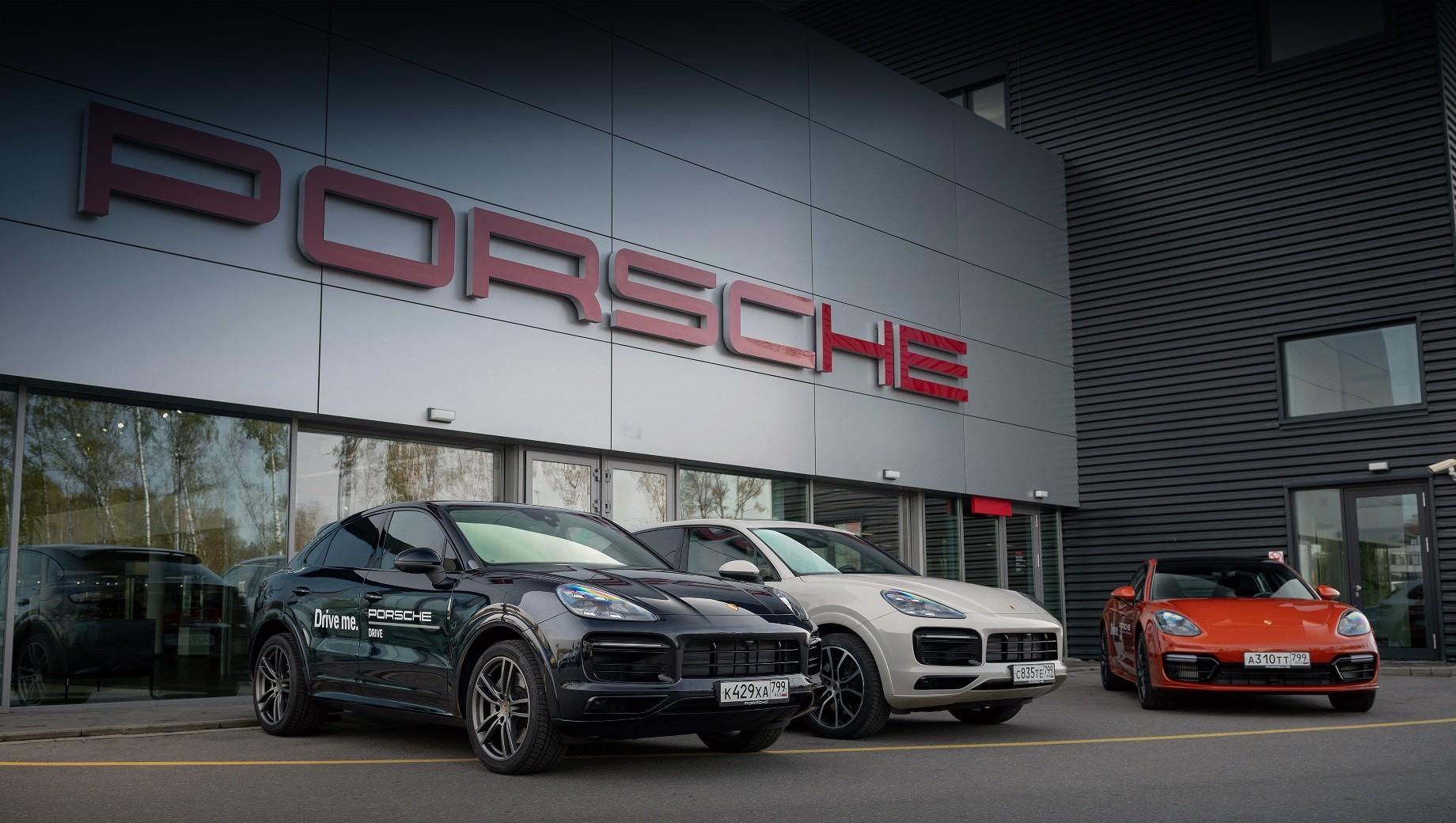 Porsche macan,Porsche cayenne,Porsche 911,Porsche 718 boxster,Porsche panamera. Программа Porsche Drive уже запущена, но в ней пока принимает участие лишь один московский дилер. Можно будет забрать машину там или заказать её доставку к дому, офису и даже в аэропорт. Позже сервис откроется и в других городах России. На данный момент Porsche Drive функционирует в Германии (с 2017 года), Швейцарии, Франции, США и Японии.
