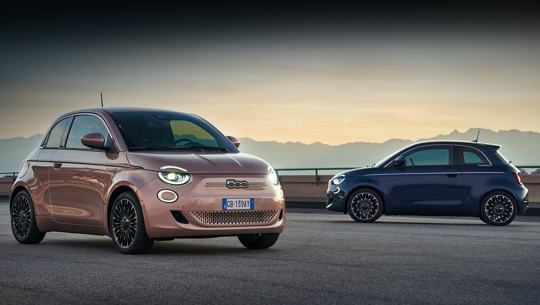 Fiat 500,Fiat 500 la prima. В компании намекают, что новинка ориентирована на клиентов, сохранивших чувство стиля, несмотря на изменившиеся потребности. Речь идёт от семьях с детьми. Автомобиль традиционно представлен в дорогом исполнении со светодиодными фарами и 17-дюймовыми колёсами.