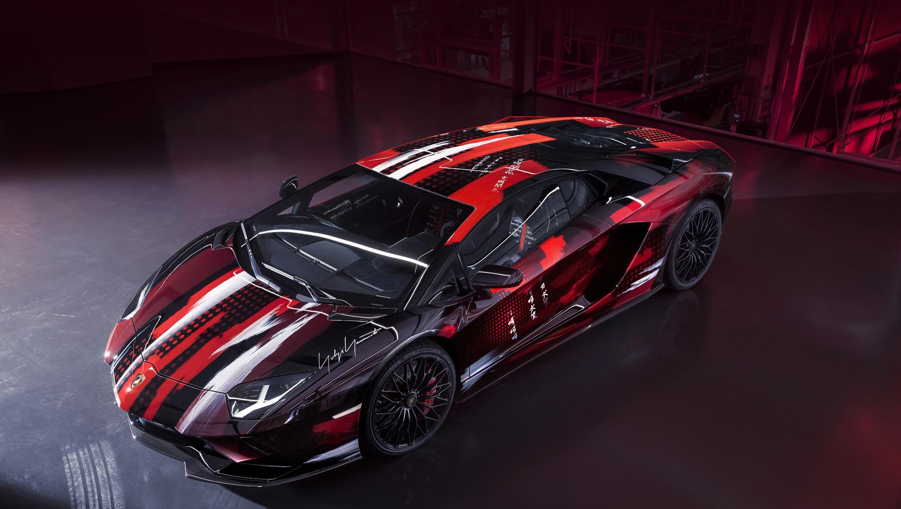 Lamborghini aventador,Lamborghini aventador s. О доработке агрегатов речи не шло, так что здесь стоит обычный для Авентадора мотор V12 6.5 (740 л.с., 690 Н•м), который при полном приводе и семиступенчатом «роботе» позволят купе набирать первую сотню за 2,9 с и развивать 350 км/ч.