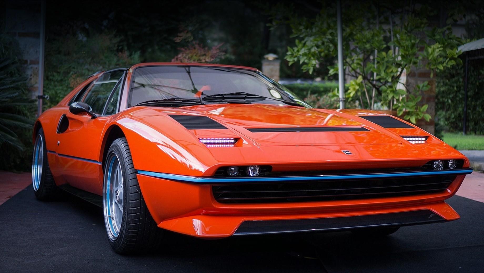 Ferrari 308. Жёсткие нормы безопасности вынудили отказаться от фирменных выдвигающихся фар. Теперь на их месте светодиодные полоски ходовых огней, а головной свет с галогеновыми модулями последнего поколения переехал на переработанный бампер.