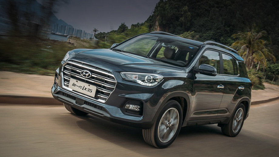 Hyundai ix35. Текущий ix35 (на фото) с 2017 года пребывает во втором поколении. Ещё недавно он пользовался завидным спросом: за 2018-й китайцы купили 139 659 машин, а в 2019-м — 131 894 штуки. Однако итог семи месяцев 2020-го неутешителен — 31 710 единиц. Одной лишь пандемией спад не оправдаешь.